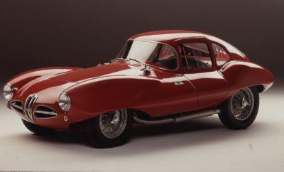 """Η Alfa Romeo Disco Volante στο Κιότο. Η FCA Heritage και η Alfa Romeo υποστηρίζουν το ιαπωνικό Concours d' Elégance, το οποίο θα διεξαχθεί από τις 29 Μαρτίου έως τις 3 Απριλίου, στο Κάστρο Nijō, με δύο αριστουργήματα του παρελθόντος και του παρόντος. Τη 1900 C52 Coupé, ευρέως γνωστή ως """"Disco Volante """" και τη μοντέρνα Giulia Quadrifoglio. Το Κάστρο Nijō βρίσκεται στο Κιότο της Ιαπωνίας. Χτίστηκε τον 17ο αιώνα και είναι ένα από τα 17 ιστορικά μνημεία του αρχαίου Κιότο, τα οποία έχουν χαρακτηριστεί Μνημεία Παγκόσμιας Κληρονομιάς από την UNESCO. Εκεί θα φιλοξενηθεί το Concours d'Elégance και θα συγκεντρώσει μερικά από τα πιο γοητευτικά και εμβληματικά κλασικά αυτοκίνητα, από τις 29 Μαρτίου έως τις 3 Απριλίου. Φυσικά, η FCA Heritage, το τμήμα που δημιουργήθηκε για να προστατεύει και να προωθεί την ιστορία των ιταλικών μαρκών του Ομίλου FCA, δεν θα μπορούσε να χάσει το ραντεβού. Η FCA Heritage μαζί με την Alfa Romeo υποστηρίζουν ενεργά την εκδήλωση, που δημιουργήθηκε με πρωτοβουλία του καλλιτέχνη Hidemoto Kimura και στοχεύει στο να επαναλάβει τη μεγάλη επιτυχία της πρώτης εκδήλωσης, το 2016. Έτσι, η FCA Heritage θα είναι παρούσα με ένα αριστούργημα του παρελθόντος, το οποίο φυλάσσεται στο Μουσείο Alfa Romeo. Ονομάστηκε """"Time Machine"""", κάνοντας χρήση με την ιταλική λέξη που σημαίνει τόσο μηχάνημα όσο και αυτοκίνητο - στο Arese (MI). Πρόκειται για τη 1900 C52 Coupé, γνωστή και ως """"Disco Volante"""", η οποία θα παρουσιαστεί με έναν ξεχωριστό, τιμητικό τρόπο, στην έκθεση που είναι αφιερωμένη στην Carrozzeria Touring. Η Giulia Quadrifoglio, το αυτοκίνητο με τις συναρπαστικές επιδόσεις και τον ξεχωριστό χαρακτήρα, που εκφράζει το νέο πνεύμα της Alfa Romeo, θα είναι ακριβώς δίπλα, για να επιβεβαιώσει την αδιαίρετη σχέση τους. Τη μεγαλειώδη ιστορία και το λαμπρό μέλλον. Alfa Romeo 1900 C52 Coupé """"Disco Volante"""" Η """"Disco Volante"""", η οποία κατασκευάστηκε μεταξύ 1952 και 1953, σχεδιάστηκε από τον Gioacchino Colombo και βασίστηκε στη 1900 Sprint, από την οποία δανείστηκε αρκετά εξαρτήμ"""