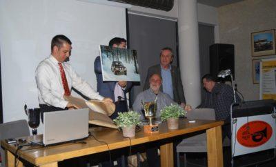 Το εντευκτήριο της ΦΙΛΠΑ γέμισε από μέλη και φίλους το βράδυ της 28ης Φεβρουαρίου, που προσήλθαν για να συγχαρούν τον Γιώργο Δελαπόρτα και τον Σπύρο Μουστάκα για την μεγάλη τους διάκριση στο Historic Monte Carlo 2018. Στην εκδήλωση ήταν καλεσμένοι όλοι όσοι συμμετείχαν στο διάσημο αυτό ράλλυ και τα μέλη μας είχαν την ευκαιρία να συνομιλήσουν μαζί τους. Ο πρόεδρος της λέσχης κ. Τάκης Φωτεινόπουλος καλωσόρισε τους καλεσμένους, τους εξέφρασε τα συγχαρητήρια όλων και ανήγγειλε ότι την επόμενη χρονιά η ΦΙΛΠΑ θα προσκαλέσει όλους τους συμμετέχοντες πριν από τον αγώνα για να τους ευχηθούμε καλή επιτυχία. Οι πρωταγωνιστές της βραδιάς βραβεύτηκαν συμβολικά τόσο από την ΦΙΛΠΑ (με δυο καλλιτεχνικά επεξεργασμένες φωτογραφίες - κάδρα από τον αγώνα), όσο και από την ΟΡΚΑ, που τους απέμεινε τιμητικές πλακέτες. Οι κ. Γ. Δελαπόρτας και Σ. Μουστάκας μίλησαν για τις εμπειρίες τους από τον αγώνα και απάντησαν σε ερωτήσεις των παρευρισκομένων όσον αφορά την απαραίτητη προετοιμασία και κατά πόσο συνέβαλε στην μεγάλη αυτή διάκριση. Θυμήθηκαν έντονες στιγμές και πρόβαλαν ένα συναρπαστικό in car video από μια από τις ειδικές διαδρομές. Όπως είπε ο κ. Γιώργος Δελαπόρτας, ευχή όλων είναι να έχουμε τον επόμενο χρόνο τουλάχιστον 10 συμμετοχές και έτσι να μπορούμε να ζητήσουμε από την οργάνωση να υπάρξει εκκίνηση και από την Αθήνα όπως παλιά.
