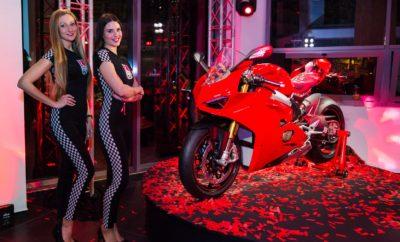 "Πρεμιέρα της νέας Panigale V4 στο Season Opening της Ducati • Η νέα Panigale V4 αποκαλύφθηκε σε όλη της τη μεγαλοπρέπεια στις εγκαταστάσεις του Ducati Athens, στην έναρξη του Season Opening της μάρκας, την περασμένη εβδομάδα • Η εκδήλωση σημείωσε μεγάλη επιτυχία, με πολλούς φίλους, θαυμαστές αλλά και κατόχους Ducati να βλέπουν από κοντά όλα τα νέα μοντέλα και να κάνουν test-ride • Εκτός άλλων, οι νέες Multistrada 1260 και Monster 821 ήταν διαθέσιμες για test-ride Μεγάλη επιτυχία σημείωσε η εκδήλωση Season Opening 2018 της Ducati, που πραγματοποιήθηκε στις εγκαταστάσεις του Ducati Athens, την εβδομάδα που μας πέρασε. Η πανελλήνια πρεμιέρα της νέας Ducati Panigale V4, το βράδυ της Παρασκευής, αποτέλεσε μαγνήτη για πολλούς κατόχους, θαυμαστές και φίλους της μάρκας. Όλοι ήθελαν να δουν από κοντά μία πανέμορφη μοτοσικλέτα παραγωγής που βρίσκεται τόσο κοντά – όσο ίσως καμία άλλη – στις εξωτικές κατασκευές των «ημίθεων» του MotoGP – με μία αντίστοιχη Ducati ο Αντρέα Ντοβιτσιόζο θριάμβευσε πρόσφατα στον εναρκτήριο αγώνα του MotoGP για το 2018, στο Κατάρ. Στη σύντομη παρουσίαση της Panigale V4, ο κ. Γιάννης Μυτιληνάκης, Εμπορικός Διευθυντής της Ducati, στάθηκε στα μοναδικά της χαρακτηριστικά που την κάνουν ""MotoGP replica"" αφού το DNA της προδίδει ότι μόλις έχει βγει από την πίστα αλλά ταυτόχρονα πολύ φιλική για κάθε αναβάτη. Την επόμενη μέρα, οι φίλοι της Ducati κυριολεκτικά αγκάλιασαν με ενθουσιασμό τη δυνατότητα για test-ride των μοτοσικλετών που αναμένεται να πρωταγωνιστήσουν στις πωλήσεις της Ιταλικής φίρμας το 2018 και δεν είναι άλλες από τις νέες Multistrada 1260 και Monster 821. Την εκδήλωση στο Ducati Athens τίμησαν με την παρουσία τους τόσο δημοσιογράφοι του ειδικού Τύπου όσο και αρκετοί επώνυμοι φίλοι των δύο τροχών και της Ducati ιδιαίτερα - ανάμεσά τους διακρίναμε τους Γιούρκα Σεϊταρίδη και Κώστα Φραγκολιά. Χορηγός της εκδήλωσης ήταν η ΕΚΟ, στρατηγικός συνεργάτης της Kosmocar όσον αφορά στην παρουσία της Ducati στην Ελλάδα."