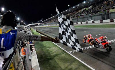 Θρίαμβος του Ντοβιτσιόζο και της Ducati στο Κατάρ • Ο Αντρέα Ντοβιτσιόζο, ανάβάτης της Ducati, κατέκτησε την πρώτη θέση στον πρώτο αγώνα της χρονιάς για το MotoGP, στο Κατάρ • Ο έτερος αναβάτης της Ducati, Χόρχε Λορένθο, δεν τερμάτισε καθώς είχε πτώση στο 10ο γύρο του αγώνα • Ο μοναδικός νυχτερινός αγώνας στο καλεντάρι ήταν πολύ συναρπαστικός, με την πρώτη θέση να αλλάζει χέρια πολλές φορές και να κρίνεται τελικά στην τελευταία στροφή Ο Αντρέα Ντοβιτσιόζο με Ducati ήταν ο θριαμβευτής του πρώτου αγώνα MotoGP για το 2018, που διεξήχθη στο Losail Circuit του Κατάρ. Ο Ιταλός αναβάτης έκανε έναν αγώνα άψογης στρατηγικής και βασιζόμενος στην ταχύτητα και την αξιοπιστία της Ducati, πέρασε πρώτος τη γραμμή τερματισμού, μόλις 27 εκατοστά του δευτερολέπτου μπροστά από το Μαρκ Μάρκεθ, αναβάτη της Honda, ενώ στην 3η θέση τερμάτισε ο Βαλεντίνο Ρόσσι με Yamaha. Ο «Ντόβι» ξεκίνησε τον αγώνα από τη 2η σειρά του grid και συγκεκριμένα στην 5η θέση. Για περίπου 18 γύρους τον αγώνα οδήγησε ο Ζοάν Ζαρκό, όταν και τον προσπέρασαν οι Ντοβιτσιόζο, Μάρκεθ και Ρόσσι, με τους δύο πρώτους να δίνουν το δικό τους αγώνα για τη νίκη στους τελευταίους 5 γύρους, όταν ο «Γιατρός» έδειξε να περιορίζεται στην 3η θέση. Η αρχή του τελευταίου γύρου βρήκε τον Ντοβιτσιόζο να προπορεύεται, με το Μάρκεθ να κάνει την τελική του επίθεση στην προτελευταία και τελευταία στροφή και να περνάει προς στιγμή στην πρώτη θέση. Ο αναβάτης της Ducati έδειξε να είναι προετοιμασμένος για την επίθεση του Ισπανού και με μία τελευταία προσπέραση, ακριβώς πριν την τελική ευθεία, ξαναπέρασε στην πρώτη θέση εκμεταλλευόμενος την ισχύ της Ducati, τερματίζοντας πρώτος τον αγώνα με μόλις ένα μήκος μηχανής, 27 εκατοστά του δευτερολέπτου μπροστά από τον Μάρκεθ! Ο πρώτος αγώνας της χρονιάς ήταν πολύ συναρπαστικός. Πέρα από την εξέλιξη των μοτοσικλετών στη διάρκεια της προετοιμασίας – η Ducati παρουσιάστηκε σε εξαιρετική κατάσταση – σημαντικό ρόλο έπαιξε η επιλογή γόμμας ελαστικών και η στρατηγική που ακολούθησε κάθε αναβάτης στη διάρκει