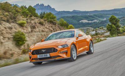 ● Η νέα Ford Mustang έρχεται κομψότερη, με βελτιωμένους κινητήρες, πιο σπορ οδική συμπεριφορά και προηγμένες τεχνολογίες υποστήριξης για τους λάτρεις του θρυλικού αυτοκινήτου σε όλη την Ευρώπη ● Το πιο αθλητικό στυλ αναδεικνύεται από ζωηρά, διάφανα φώτα LED, τολμηρές νέες εξωτερικές αποχρώσεις και ζάντες αλουμινίου. Η πολυτέλεια εσωτερικού υποστηρίζεται από ποιοτικά, μαλακά υλικά και αλουμινένια φινιρίσματα ● Αναβαθμισμένος 5.0L V8 κινητήρας αποδίδει 450 ίππους, 10-τάχυτο αυτόματο κιβώτιο βελτιώνει την επιτάχυνση και απόδοση, εξατάχυτο, μηχανικό κιβώτιο για πρώτη φορά συγχρονίζεται με τις στροφές του κινητήρα για ομαλότερα, ταχύτερα κατεβάσματα ● Ανάρτηση MagneRide® και επιλέξιμα προφίλ οδήγησης Drive Modes, όπως το προσαρμοζόμενο My Mode αυξάνουν την οδηγική απόλαυση. Νέο Σύστημα Active Valve Performance Exhaust με πρωτοποριακό Good Neighbour Mode ● Προηγμένες τεχνολογίες υποστήριξης οδηγού, όπως Pedestrian Detection, Lane Keeping Aid και ψηφιακός πίνακας οργάνων 12-ιντσών με δυνατότητα εξατομίκευσης Κομψότερη, ταχύτερη και πιο προηγμένη τεχνολογικά, η νέα Ford Mustang διαθέτει πιο αθλητικό στυλ, αναβαθμισμένο κινητήρα, προηγμένη ανάρτηση, εξελιγμένα συστήματα υποστήριξης οδηγού και περισσότερες επιλογές εξατομίκευσης για τους Ευρωπαίους πελάτες του εμβληματικού σπορ αυτοκινήτου. Διατίθεται σε fastback και cabrio εκδόσεις. Το άμεσα αναγνωρίσιμο, δυναμικό προφίλ της Mustang υιοθετεί μία πιο αεροδυναμική εμφάνιση, η οποία αναδεικνύεται με τεχνολογία φωτισμού LED, 11 τολμηρές εξωτερικές αποχρώσεις και νέες επιλογές ζαντών αλουμινίου. Ο 5.0L V8 κινητήρας της Ford Mustang αποδίδει 450 ίππους και έχει επιτάχυνση 0-100 km/h σε 4,3 δεύτερα, όταν συνδυάζεται με το νέο 10τάχυτο αυτόματο κιβώτιο της Ford. Το εξατάχυτο μηχανικό κιβώτιο της Mustang χρησιμοποιεί τώρα τεχνολογία που συγχρονίζεται με τον κινητήρα για ομαλές αλλαγές σχέσεων, και ταχύτερα κατεβάσματα, με στιγμιαία αύξηση των στροφών (ξερογκαζιά). Προσαρμοσμένος στις απαιτήσεις των Ευρωπαίων οδηγών, ο απολαυστικός οδ