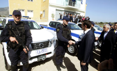 ΔΕΛΤΙΟ ΤΥΠΟΥ 7/3/2018 Η Ελληνική Αστυνομία ενισχύει τις δυνάμεις της με Nissan ΝAVARA. Στο πλαίσιο της συνολικής αναβάθμισης των επιχειρησιακών δυνατοτήτων της Ελληνικής Αστυνομίας στη Δυτική Αττική, ο Δήμος Φυλής παραχώρησε στη Υποδιεύθυνση Ασφαλείας Δυτικής Αττικής, 8 νέα Nissan ΝAVARA Double Cab. Εκτός των Nissan NAVARA, o Δήμος Φυλής παραχώρησε και ένα κτίριο που θα στεγάζει τις υπηρεσίες της Υποδιεύθυνσης Ασφαλείας της Δυτικής Αττικής. Στην τελετή εγκαινίων και παράδοσης του κτιρίου και των Nissan NAVARA παρευρέθη ο Πρωθυπουργός, Υπουργοί, η ηγεσία της Ελληνικής Αστυνομίας, καθώς και ο Δήμαρχος Φυλής όπως και αξιωματούχοι της Τοπικής και Περιφερειακής Αυτοδιοίκησης. Τα συγκεκριμένα Nissan ΝAVARA έχουν τροποποιηθεί κατάλληλα από τη Nissan - Νικ. Ι. Θεοχαράκης Α.Ε, προκειμένου να εξυπηρετήσουν το δύσκολο και απαιτητικό επιχειρησιακό έργο της Ελληνικής Αστυνομίας, ιδίως σε δύσβατες περιοχές, εκεί δηλαδή όπου το NAVARA θριαμβεύει ! Το Nissan NAVARA θέτει ένα νέο σημείο αναφοράς στην κατηγορία των pick-up, συνδυάζοντας μια σειρά χαρακτηριστικών και πλεονεκτημάτων από τα ηγετικά crossover της φίρμας με την εμπειρία των 80 και πλέον ετών, στο σχεδιασμό και την κατασκευαστική υπεροχή, καινοτόμων ελαφρών επαγγελματικών οχημάτων. Με εντυπωσιακό σχεδιασμό, φινέτσα, καινοτόμες τεχνολογίες, καθώς και με μια αντίληψη στην κατασκευή και την κύλιση που ξεπερνά τα εσκαμμένα, το NAVARA με εντυπωσιακή off-road ικανότητα, αντοχή αλλά και δυνατότητα μεταφοράς φορτίου, πρακτικά δεν έχει αντίπαλο! Το μοντέλο αποτελείται από ένα πανίσχυρο, υψηλής αντοχής πλαίσιο που, σε συνδυασμό με μια σειρά από νέα μηχανολογικά χαρακτηριστικά, ανεβάζει ψηλά τον πήχη της οδικής συμπεριφοράς αλλά και της πρακτικότητας. Χρησιμοποιώντας το ίδιο DNA με τα καταξιωμένα crossover της Nissan, όπως τα κορυφαία Qashqai, X-Trail και Juke, το NAVARA φέρνει μια νέα αντίληψη στην κατηγορία των pick-up, που πολλοί ανταγωνιστές του θα ζηλέψουν. Συνοδευόμενο από εγγύηση πέντε ετών ή 160 χιλιάδων χιλιόμετρων, το NAVAR