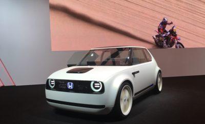 ____________________________ 6 Μαρτίου 2018 Από τις αρχές του 2019 ξεκινούν οι παραγγελίες για την έκδοση παραγωγής του Honda Urban EV Concept • Στις αρχές του 2019 ανοίγει το σύστημα παραγγελιών για την έκδοση παραγωγής του Honda Urban EV Concept • Το νέο μοντέλο θα είναι το πρώτο ηλεκτρικό όχημα μπαταρίας μαζικής παραγωγής της Honda που θα πωλείται στην περιοχή της Ευρώπης Κατά τη διάρκεια συνέντευξης τύπου που δόθηκε στο πλαίσιο της Έκθεσης Αυτοκινήτου της Γενεύης 2018, η Honda επιβεβαίωσε ότι οι λίστες παραγγελιών για την έκδοση παραγωγής του Urban EV Concept θα ανοίξουν στις αρχές του 2019. Μιλώντας στη συνέντευξη τύπου της Honda, ο Senior Αντιπρόεδρος της Honda Motor Europe, Philip Ross επιβεβαίωσε την είδηση, «Μία έκδοση παραγωγής του πολύ δημοφιλούς πρωτοτύπου θα παρουσιαστεί στην Ευρώπη στα τέλη του 2019, και ανταποκρινόμενοι στη θετική υποδοχή της οποίας έτυχε το μοντέλο, προγραμματίζουμε το σύστημα παραγγελιών για το Urban EV να ανοίξει στις αρχές του 2019.» Urban EV Concept Το Urban EV Concept προαναγγέλλει το πρώτο ηλεκτρικό όχημα μπαταρίας μαζικής παραγωγής της Honda που θα κυκλοφορήσει στην Ευρώπη. Το Concept διαθέτει απλή και προηγμένη σχεδίαση, λεπτές κολώνες Α και φαρδύ παρμπρίζ που μοιάζει να εκτείνεται σε όλο το εμπρός τμήμα της καμπίνας. Στο εσωτερικό, τέσσερις επιβάτες μπορούν να ταξιδέψουν με άνεση στα δύο καθίσματα τύπου πάγκου, που έχουν φινίρισμα από διαφορετικά υλικά, και συνθέτουν το περιβάλλον ενός lounge. Η εμπρός σειρά φέρει επένδυση από φυσικό, γκρι ύφασμα και είναι διακοσμημένη με μοντέρνα, ξύλινα ένθετα. Το ταμπλό περιλαμβάνει μία οθόνη που εκτείνεται στις πόρτες. Στην οθόνη προβάλλονται διάφορες χρήσιμες πληροφορίες, ενώ οι εκτεταμένες οθόνες στις πόρτες λειτουργούν σαν πλαϊνοί καθρέπτες μέσω ψηφιακών καμερών. Το Urban EV Concept θα βρίσκεται στο περίπτερο της Honda, στην Έκθεση Αυτοκινήτου της Γενεύης 2018, 8-18 Μαρτίου.