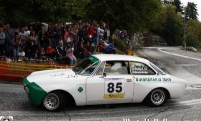 Η μεγάλη γιορτή του Διονύσου με 93 συμμετοχές! Για τρίτη διαδοχική χρονιά, μετά το 1976, η Ανάβαση Διονύσου το προσεχές Σαββατοκύριακο υπόσχεται μια μεγάλη γιορτή του μηχανοκίνητου αθλητισμού - με πρωταγωνιστές τους 93 οδηγούς που θα βρεθούν στη γραμμή της εκκίνησης και τους χιλιάδες θεατές που αναμένονται στην ανατολική πλαγιά της Πεντέλης. Ο θρυλικός αγώνας, που φιλοξένησε πολλούς εκ των ενδοξότερων οδηγών της ιστορίας των ελληνικών αγώνων μέχρι το 1976, αναβίωσε μετά από τέσσερις δεκαετίες με πρωτοβουλία της «Ελληνικής Λέσχης Αυτοκινήτου Δυτικής Αττικής». Είναι ο μύθος αυτής της άκρως τεχνικής και θεαματικής διαδρομής των 5,5 χιλιομέτρων που προσέλκυσε φέτος σχεδόν τριψήφιο αριθμό αγωνιζόμενων - όπως είχε συμβεί και τα δύο προηγούμενα χρόνια. Στην Ανάβαση Διονύσου, 1ο φετινό γύρο του Valvoline Πανελλήνιου Πρωταθλήματος Αναβάσεων 2018, ιδιαίτερη είναι η συνεισφορά του κεντρικού χορηγού, της Αντιπροσωπείας και Σέρβις αυτοκινήτων «ΜΑΚΡΗΣ Α.Ε.». Στο πλευρό του αγώνα με την πολύτιμη αρωγή του βρίσκεται η τοπική αυτοδιοίκηση της περιοχής μέσω του Δήμου Μαραθώνα, η Ένωση Επαγγελματιών Βιοτεχνών και Εμπόρων του Δήμου και φυσικά οι κάτοικοι της περιοχής. Οι μεγάλοι πρωταγωνιστές είναι, όμως, πάντοτε, οι αγωνιζόμενοι - και η λίστα των συμμετοχών υπόσχεται και φέτος πολύ ιδιαίτερες συγκινήσεις για τους θεατές, με σπουδαία αυτοκίνητα και άκρως συναρπαστικά περάσματα. Τον Ιταλό προσκεκλημένο Fulvio Giuliani με τη Lancia Delta Evo 600 ίππων θα αντιμετωπίσουν 9 Έλληνες στην κατηγορία Formula Saloon. Με ιδιαίτερες αξιώσεις επίσης θα εκκινήσουν το Διόνυσο 15 οδηγοί της κατηγορίας Α, 14 της κατηγορία Ν, 18 αγωνιζόμενοι της Κατηγορίας Ε, ενώ στην κατηγορία των Ιστορικών αυτοκινήτων, την πιο πολυπληθή, θα δώσουν το παρόν 20 συμμετέχοντες. Η Ανάβαση Διονύσου είναι, παράλληλα, και ο πρώτος φετινός αγώνας του Ενιαίου Πρωταθλήματος Skoda του ΣΟΑΑ, που αποτελείται από τρεις Αναβάσεις και τρεις αγώνες Ταχύτητας. Σύμφωνα με την προκήρυξη του θεσμού, κάθε σκέλος της Κυριακής προσμετρά για τ