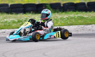 Η πρώτη φετινή γιορτή του Karting! Σε πολύ όμορφο κλίμα και με ιδιαίτερο θέαμα έγινε η πρεμιέρα του Πανελληνίου Πρωταθλήματος Karting 2018 στην πίστα Kart του αυτοκινητοδρομίου των Μεγάρων, με πρωταγωνιστές 40 αγωνιζόμενους στις κατηγορίες MINI, Junior, Senior, KZ2 και Club. Στην τρίτη χρονιά της αναγέννησής του, το Πρωτάθλημα έκανε μια μετάβαση, στην οποία ανταπεξήλθαν με επιτυχία τα σωματεία «Αγωνιστική Λέσχη Αυτοκινήτου» (ΑΛΑ) και «Artemis Auto Club» που συνδιοργάνωσαν τον αγώνα. Ακόμα και η περαστική και περιστασιακή βροχή από τον αττικό ουρανό δεν ήταν αρκετή για να χαλάσει την πρώτη φετινή γιορτή του Karting. Για μία ακόμη φορά, οι μικροί αστέρες της κατηγορίας Mini, της πιο πολυπληθούς, επεφύλασσαν ορισμένες από τις πιο όμορφες μάχες. Σ' αυτήν την κατηγορία, θυμίζουμε, υφίσταται πια μόνο η γενική κατάταξη και η κατηγορία Β, των μικρότερων σε ηλικία παιδιών 8-10 ετών. Στον Τελικό της ΜΙΝΙ, λοιπόν, και τις δύο κατηγορίες κέρδισε ο νικητής Γιώργος Καφαντάρης (Ray Motorsport, FK-TM), εμπρός από δύο μεγαλύτερους ηλικιακά αθλητές, τον Αλέξανδρο Παπαευθυμίου (Abloy F.S. Kart Racing, Parolin-TM) και Μάριο Αγγελόπουλο (Speed Force, Exprit-TM). Στη MINI B την τριάδα έκλεισε ο Βασίλης Αποστολίδης (Abloy F.S. Kart Racing, Parolin-TM) και ο Χρήστος Χατζής (Chatzis Racing Team, FA-TM). Με χρόνο 45.589, ο Καφαντάρης είχε κατακτήσει νωρίτερα και την pole position, ενώ μοιράστηκε με τον Αγγελόπουλο τις νίκες στους δύο προκριματικούς γύρους. Η κατηγορία Junior υποσχόταν πολύ όμορφες μάχες μεταξύ των καθιερωμένων οδηγών της, και των περσινών πρωταγωνιστών της Junior που φέτος αναβαθμίστηκαν. Και πράγματι, η ημέρα ξεκίνησε με την νίκη στον πρώτο προκριματικό του Στυλιανού Πετρίση (Abloy F.S. Kart Racing, EVO Kart-IAME X30), νικητή του τελευταίου περσινού αγώνα της ΜΙΝΙ, ενώ νωρίτερα την pole position είχε πετύχει ο Ανδρέας Δεβετζόγλου (Abloy F.S. Kart Racing, Parolin-ΙΑΜΕ Χ30). Όμως, στη συνέχεια τα ηνία πήρε ο Κωνσταντίνος Κομνηνός (Speed Force, Exprit-IAME) ο οποίος κατάφερε ν