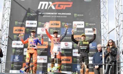 """Ο Tony Cairoli θριαμβεύει στην Ισπανία στην κόκκινη άμμο της Castellón • Μεγάλη επιτυχία για το σημερινό παγκόσμιο πρωταθλητή στο δεύτερο στάδιο του παγκόσμιου πρωταθλήματος FIM MXGP Motocross. • Μετά τα εξαιρετικά αποτελέσματα στην Παταγονία και τη δεύτερη θέση στην Ολλανδία, ο εννιά φορές παγκόσμιος πρωταθλητής σημειώνει επιτυχία και στο Red Sand Circuit. • Όπως πάντα, στο πλευρό του είναι η Fiat Professional με τους """"Ήρωες της εταιρείας"""" το Fullback Cross και το Ducatο 4x4. Μετά από μια καλή εκκίνηση στην Αργεντινή και τη δεύτερη θέση στην Ολλανδία, ο Tony Cairoli σημειώνει επιτυχία και στην Ισπανία, στην πίστα της Βαλένθια, δεύτερο στάδιο του παγκόσμιου πρωταθλήματος FIM MXGP Motocross. Ο Σιτσιλιάνος οδηγός, σημερινός παγκόσμιος πρωταθλητής, επιβεβαιώνει τον τίτλο του παιρνοντας την πρώτη θέση με 141 πόντους. Στο πλευρό του είναι το Fiat Professional, Επίσημος Χορηγός της εκδήλωσης για τρίτη χρονιά: μια συνύπαρξη που είναι εξαιρετικά πετυχημένη έχοντας σαν βάση την αμοιβαία ανταλλαγή αξιών όπως το πάθος,την αποφασιστικότητα και τη σοβαρή δέσμευση. Αυτά είναι τα ίδια ιδεώδη που αντιπροσωπεύει και ο Tony Cairoli, ο οποίος συμμετέχει στο παγκόσμιο πρωτάθλημα motocross με μεγάλη αντοχή και θάρρος, αντικατοπτρίζοντας τις αρχές της εταιρείας. Ο Tony Cairoli ήταν εντυπωσιακός στην ειδική Ισπανική διαδρομή, η οποία είναι γνωστή για τη χαρακτηριστική κόκκινη άμμο της. Πρόκειται για μια τεχνική πίστα που είναι γνωστή στους Ευρωπαίους οδηγούς, οι οποίοι συχνά την χρησιμοποιούν για προετοιμασία προκειμένου να βελτιώσουν το στύλ οδήγησης τους στην άμμο. Η ικανότητα κίνησης σε κάθε δρόμο είναι χαρακτηριστικό του Fullback Cross και του Ducato 4x4. Το Fullback Cross είναι σκληροτράχηλο, αξιόπιστο και με εντυπωσιακή ικανότητα φόρτωσης. Το ωφέλιμο φορτίο του ξεπερνάει τον 1,0 τόνο, ενώ η ικανότητα ρυμούλκησης αγγίζει τους 3,1 τόνους. Επιπλέον, με τη χρήση της τετρακίνησης που ενεργοποιείται μέσω του περιστροφικού ηλεκτρονικού επιλογέα, μπορεί να αντιμετωπίσει τις σκληρότερες εκτό"""