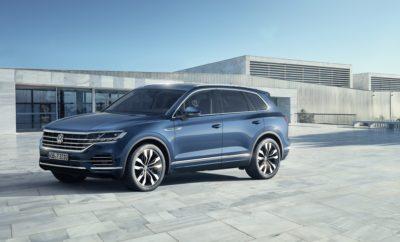 """H Volkswagen δείχνει το δρόμο: αποκάλυψη του νέου Touareg στο Πεκίνο • H Volkswagen επιλέγει την Κίνα, τη μεγαλύτερή της αγορά για να αποκαλύψει το νέο Touareg • Η παγκόσμια πρεμιέρα του νέου Touareg στην Έκθεση Αυτοκινήτου του Πεκίνου, σηματοδοτεί την πρώτη φορά που μία μάρκα επιλέγει την Κίνα για μία τέτοια αποκάλυψη • Το νέο Touareg αποτελεί μία καταφανή επίδειξη τεχνολογικών, σχεδιαστικών και κατασκευαστικών δυνατοτήτων της Volkswagen • Το Innovision Cockpit εντυπωσιάζει ως ένας τεράστιος ψηφιακός πίνακας ελέγχου • Το νέο Touareg φιλοδοξεί να κυριαρχήσει στην κατηγορία των premium μεγάλων SUV Η Volkswagen γίνεται η πρώτη μάρκα στον κόσμο που αποκαλύπτει σε παγκόσμια πρεμιέρα ένα μοντέλο της στη Κίνα, με τη παρουσίαση του νέου Touareg! Το ολοκαίνουργιο Touareg αποτελεί τη ναυαρχίδα της Volkswagen αλλά και μία πλατφόρμα επίδειξης των δυνατοτήτων των σχεδιαστών και των μηχανικών της γερμανικής μάρκας. Το νέο μοντέλο έρχεται να διεκδικήσει επιθετικά μία θέση στην κορυφή της premium SUV κατηγορίας με εκφραστικό design, καινοτόμα συστήματα χειρισμού, άνεσης και τεχνολογίας και κορυφαία επίπεδα υλικών και κατασκευής. Οι προηγούμενες δύο γενιές του μοντέλου πούλησαν σχεδόν ένα εκατομμύριο αυτοκίνητα, γνωρίζοντας τη μεγαλύτερη εμπορική επιτυχία σε Ευρώπη, Κίνα και Ρωσία. Στην τρίτη του πλέον γενιά, το μοντέλο φιλοδοξεί να κυριαρχήσει στην κατηγορία του, απευθυνόμενο με μεγάλες αξιώσεις και στο πολύ απαιτητικό κοινό των premium SUV. Στο νέο Touareg η Volkswagen παρουσιάζει για πρώτη φορά το Innovision Cockpit, έναν ενιαίο, πληρώς ψηφιακό πίνακα ελέγχου. Στο Innovision Cockpit, ο ψηφιακός πίνακας οργάνων, διάστασης 12 ιντσών και το σύστημα ενημέρωσης/ψυχαγωγίας Discover Premium σε οθόνη 15 ιντσών, αποτελούν ένα ενιαίο, ψηφιακό σύστημα ελέγχου, πληροφόρησης, ψυχαγωγίας και διασκέδασης, πολύ υψηλής ευκρίνειας, που δεν χρειάζεται οποιοδήποτε συμβατικό διακόπτη ή περιστροφικό επιλογέα. Πάντα διαθέσιμο σε θέση """"ON"""", με απεριόριστες δυνατότητες προσωποποίησης, το Innovision Cock"""