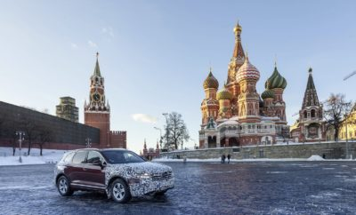Το νέο Touareg αποκαλύπτεται στο Πεκίνο – road trip 16.000 χλμ. ενός καμουφλαρισμένου Touareg από την Ευρώπη στην Κίνα • H Volkswagen αποκαλύπτει σε παγκόσμια πρεμιέρα το νέο Touareg, το μεγάλο της SUV, στην Έκθεση Αυτοκινήτου του Πεκίνου, στις 23 Μαρτίου • Το νέο Touareg αποτελεί μία καταφανή επίδειξη τεχνολογικών, σχεδιαστικών και κατασκευαστικών δυνατοτήτων της Volkswagen • Η Volkswagen οργάνωσε ένα road-trip 16.000 χλμ. ενός καμουφλαρισμένου Touareg, από τη Σλοβακία μέχρι το Πεκίνο, σε μία επίδειξη των δυνατοτήτων του πριν καν κυκλοφορήσει Την Κίνα, την ταχύτερα αναπτυσσόμενη αγορά αυτοκινήτου του κόσμου, επέλεξε η Volkswagen για την αποκάλυψη του νέου Touareg. Σε μία κίνηση υψηλής σημειολογίας αλλά και με έντονο εμπορικό χαρακτήρα, η ολοκαίνουργια ναυαρχίδα της γερμανικής μάρκας κάνει την παγκόσμια πρεμιέρα της στην Έκθεση Αυτοκινήτου του Πεκίνου, την Παρασκευή 23 Μαρτίου. Με στόχο να δώσει εορταστικό χαρακτήρα στην αποκάλυψη του νέου μοντέλου αλλά και να επικοινωνήσει τις απεριόριστες δυνατότητές του πριν ακόμα κυκλοφορήσει επίσημα στο δρόμο, η Volkswagen οργάνωσε ένα μοναδικό, σκληροτράχηλο road-trip του νέου Touareg, που διέσχισε 11 συνολικά χώρες. Ένα ταξείδι που έφερε αναμνήσεις από τους τρεις συνολικά τίτλους του Touareg, στο Ράλυ Παρίσι-Ντακάρ, την περίοδο 2009-2011. Στις αρχές Μαρτίου, ένα μερικά καμουφλαρισμένο νέο Touareg ξεκίνησε ένα οδικό ταξείδι 16.000 χλμ. με στόχο να αφιχθεί στο Πεκίνο λίγο πριν την έναρξη της έκθεσης. Αφετηρία ήταν η Σλοβακία και το Touareg, με οδηγό το Rainer Zietlow, κάτοχο παγκόσμιων ρεκόρ σε οδήγηση μεγάλων αποστάσεων, πέρασε διαδοχικά από τις Αυστρία, Τσεχία, Πολωνία, Λιθουανία, Λετονία, Εσθονία, Ρωσία, Καζακστάν, Μογγολία πριν τελικά αφιχθεί στην Κίνα. Σε όλη τη διάρκεια του απροβλημάτιστου ταξειδιού του, ο οδηγός κρατούσε ένα ημερολόγιο το οποίο μοιραζόταν με την online παγκόσμια κοινότητα. Το νέο Touareg δεν είναι απλά το επόμενο νέο μοντέλο που παρουσιάζει η Volkswagen. Αποδίδει ξεκάθαρα τη νέα ταυτότητα του brand ενώ α