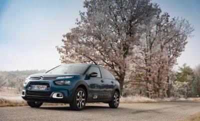 """Στο 88ο Σαλόνι Αυτοκινήτου της Γενεύης, η Citroën έχει πολλά και σημαντικά νέα να φέρει στα μάτια των επισκεπτών. Από την αλλαγή που έκανε ολόκληρη η μάρκα, έως και τα νέα μοντέλα που θα είναι στο επίκεντρο της Ευρωπαϊκής αγοράς τους επόμενους μήνες, τα νέα που έχει να επικοινωνήσει η Citroën το Μάρτιο στη Γενεύη, είναι πολλά και ιδιαίτερα πρεμιέρα το νέο Berlingo. Είναι η τρίτη γενιά ενός εμβληματικού αυτοκινήτου, με την οποία συνεχίζεται η επιτυχημένη ιστορία του μοντέλου που δίνει έμφαση στην απλότητα, την άνεση, τη λειτουργικότητα και την απόλυτη πρακτικότητα, υιοθετώντας σημαντικά. Ένα πλήρως ανασχεδιασμένο περίπτερο, αναδεικνύει με τον καλύτερο τρόπο τα νέα «πρόσωπα» στη γκάμα της Citroën, που είναι ήδη 6 μέσα στους τελευταίους 24 μήνες και έπεται συνέχεια! Τα αυτοκίνητα που αντλούν από το DNA της μάρκας τα μοναδικά χαρακτηριστικά, την τολμηρή σχεδιαστική γλώσσα και τη συνολική άνεση που ορίζεται από το ξεχωριστό πρόγραμμα Citroën Advanced Comfort®. Στο Σαλόνι Αυτοκινήτου στη Γενεύη, η Citroen: - Παρουσιάζει σε παγκόσμια πλήρως τις αξίες της Citroën. - Στο πλευρό του Berlingo και πρώτη φορά σε Διεθνές Σαλόνι Αυτοκινήτου, θα είναι το νέο C4 Cactus. Το εξαιρετικά άνετο και ιδιαίτερα φρέσκο αισθητικά hatchback, που θα είναι το πρώτο μοντέλο της Citroën στην Ευρώπη, με την ανάρτηση Progressive Hydraulic Cushions™. - Η Citroën παρουσιάζει στη Γενεύη την ειδική έκδοση C4 Picasso Rip Curl, καθώς και το SpaceTourer Rip Curl Concept, ένα «νομαδικό» και ιδιαίτερα ευχάριστο 4x4, πλήρως εξοπλισμένο για απεριόριστη περιπέτεια, βασισμένο στην τεχνογνωσία της Rip Curl με τη συνεργασία της οποίας έχουν προκύψει πολλά και ενδιαφέροντα μοντέλα για περιπέτεια. - Στο επίκεντρο θα είναι επίσης το νέο C3 Aircross Next Gen SUV, το οποίο είναι ήδη μεταξύ των best sellers της μάρκας, μαζί με το νέο C3 και τις ειδικές του εκδόσεις με έμφαση στη μόδα, """"Elle"""". Ο δυναμισμός των παραπάνω που ξεπερνάει τα αυτοκίνητα και προβάλλει με τον πιο πειστικό τρόπο τη διάθεση της Citroën για εξέλιξη """