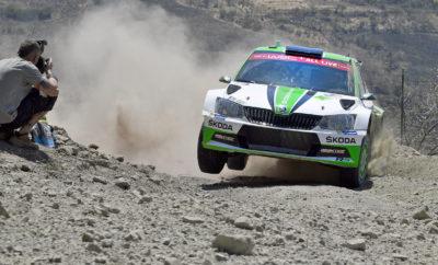 Η SKODA Fabia R5 στην πρώτη θέση στο Ράλλυ Μεξικού στη WRC 2 • Η SKODA Fabia R5 κατέκτησε την 1η θέση στην WRC 2 και μία εκπληκτική 7η θέση στη γενική κατάταξη του Ράλλυ Μεξικού, με πλήρωμα τους Σουηδούς Πόντους Τίντεμαντ και Γιόνας Άντερσσον • Ο περσινός πρωταθλητής Τίντεμαντ συμπλήρωσε τις εννέα νίκες και είναι πλέον ο πιο πετυχημένος οδηγός στην ιστορία της WRC 2 • Οι Ροβάνπερα / Χάλτουνεν είχαν επίσης εξαιρετική παρουσία με νίκες σε πέντε ειδικές • Αψεγάδιαστος και απροβλημάτιστος αγώνας για τις SKODA Fabia R5, που τερμάτισαν με μεγάλη χρονική διαφορά από τους ανταγωνιστές τους Άλλη μία εξαιρετική εμφάνιση για τις SKODA Fabia R5, αυτή τη φορά στο Ράλλυ Μεξικού, τρίτο αγώνα του φετινού Παγκόσμιου Πρωταθλήματος Ράλλυ. Η SKODA Fabia R5, με πλήρωμα τους Σουηδούς Πόντους Τίντεμαντ / Γιόνας Άντερσσον (Pontus Tidemand / Jonas Andersson) πήρε τη νίκη στη WRC 2, στην 7η θέση γενικής. Η δεύτερη SKODA Fabia R5, με πλήρωμα τους Φινλανδούς Κάλε Ροβάνπερα / Γιόννε Χάλτουνεν (Kalle Rovanperä / Jonne Halttunen) ολοκλήρωσε τον αγώνα στην 5η θέση της WRC 2. Αξίζει να σημειωθεί ότι τα δύο αυτοκίνητα της SKODA Motorsport κέρδισαν και τις 22 ειδικές του αγώνα στην WRC 2, με τους Σουηδούς να κερδίζουν τις 17 και τους Φινλανδούς τις 5. Πλέον η SKODA Motorsport προηγείται τόσο στο πρωτάθλημα οδηγών και όσο και κατασκευαστών, στην κατηγορία WRC 2. Οι SKODA Fabia R5 ήταν κατάλληλα προετοιμασμένες για να ανταπεξέλθουν στις δύσκολες συνθήκες στο Μεξικό. Οι αγωνιστικοί κινητήρες λειτούργησαν απροβλημάτιστα σε θερμοκρασίες περιβάλλοντος που ξεπερνούσαν τους 30 βαθμούς Κελσίου και σε υψόμετρο που έφτανε μέχρι τα 2.737 μέτρα. Η σωστή χαρτογράφηση των μοτέρ ήταν το σημείο κλειδί, αφού το μεγάλο υψόμετρο έχει ως αποτέλεσμα την μείωση της απόδοσης σε ποσοστό άνω του 20%. Είναι χαρακτηριστικό ότι οι Τίντεμαντ / Άντερσσον αγωνίστηκαν για 24η φορά από το 2014 στο WRC 2 και έχουν ανέβει 19 φορές στο βάθρο, συμπεριλαμβανομένων 9 νικών. Με το Ράλλυ Μεξικού συμπληρώθηκαν τα πρώτα τρία ράλλυ της χρονιάς,