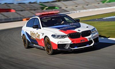 Μία ξεχωριστή σεζόν MotoGP ξεκινά για την BMW M GmbH στο 'Losail International Circuit' στο Κατάρ, το ερχόμενο Σαββατοκύριακο (16–18 Μαρτίου): είναι η 20ή χρονιά που η BMW M συμμετέχει σαν 'Επίσημο Αυτοκίνητο του MotoGP'. Η BMW και BMW M GmbH συνεργάζονται με την Dorna Sports, διοργανώτρια του πρωταθλήματος MotoGP, από το 1999, παρέχοντας τον στόλο των αυτοκινήτων ασφαλείας. Φέτος, στην επετειακή χρονιά, επικεφαλής του στόλου θα είναι η νέα BMW M5 MotoGP Safety Car. Η BMW M GmbH θα διαθέσει συνολικά επτά αυτοκίνητα BMW M με σκοπό την ασφαλή διεξαγωγή των αγώνων. «Θα ήθελα με την ευκαιρία να ευχαριστήσω την Dorna Sports για την εμπιστοσύνη που μας έχει δείξει επί δύο δεκαετίες. Σπάνια συναντάς μία τόσο μακροχρόνια και επιτυχημένη συνεργασία στο σπορ, και είμαστε περήφανοι γι' αυτή την ξεχωριστή επέτειο», δήλωσε ο Frank van Meel, Πρόεδρος της BMW M GmbH. «Όταν το 1999 ξεκινήσαμε τη συνεργασία με την Dorna Sports, φιλοδοξία μας ήταν να εφαρμόσουμε όλη την τεχνογνωσία, τις καινοτόμες τεχνολογίες από το μηχανοκίνητο αθλητισμό και τις νέες ιδέες για να υποστηρίξουμε την ασφάλεια στο MotoGP. Το ίδιο ισχύει και σήμερα. Μετά από 20 χρόνια, η Dorna Sports εξακολουθεί να έχει έναν ισχυρό εταίρο στο 'πρόσωπο' της BMW M GmbH, με την ασφάλεια των αναβατών να αποτελεί Νο1 προτεραιότητα». Ο στόλος αυτοκινήτων ασφαλείας και επίσημων οχημάτων πάντα περιλάμβανε τα τελευταία μοντέλα BMW M βελτιστοποιημένα για χρήση σε αγωνιστική πίστα. Γιορτάζοντας την 20ή επέτειο, η BMW M GmbH παραμένει πιστή σε αυτή τη φιλοσοφία και θέτει ακόμα υψηλότερα πρότυπα με τη νέα BMW M5 MotoGP Safety Car. Το νέο 'course car' βασίζεται στο sedan υψηλών επιδόσεων BMW M5 (κατανάλωση μικτού κύκλου: 10,5 l/100 km, εκπομπές CO2 στο μικτό κύκλο: 241 g/km)*, το οποίο έκανε το παγκόσμιο ντεμπούτο του τον Αύγουστο του 2017. Τα τεχνικά χαρακτηριστικά της BMW M5 εξασφαλίζουν άριστη συμπεριφορά, ακόμα και στα όρια της δυναμικής οδήγησης. Μεταξύ αυτών είναι το εξελιγμένο για μοντέλα M σύστημα τετρακίνησης M xDrive, που χρ