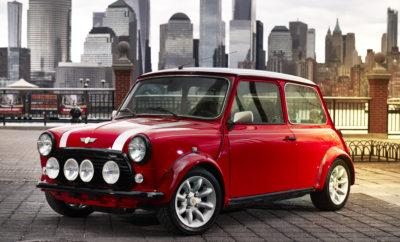 Με την παγκόσμια πρεμιέρα ενός εξαιρετικού αυτοκινήτου στο Διεθνές Σαλόνι Αυτοκινήτου της Νέας Υόρκης (30 Μαρτίου – 8 Απριλίου, 2018), η Βρετανική MINI για μία φορά ακόμα επιβεβαιώνει τις προθέσεις της για αμιγώς ηλεκτρική οδήγηση παρουσιάζοντας μία νέα εκδοχή ενός icon. Το κλασικό Mini Electric συνδυάζει την ιστορική εμφάνιση του παγκοσμίως αγαπημένου μικρού αυτοκινήτου με επαναστατική τεχνολογία κίνησης και προορίζεται για την αστική μετακίνηση του αύριο. Με αυτό το μοναδικό όχημα, η MINI επιβεβαιώνει σαφώς τη δέσμευσή της στη διατήρηση του μοναδικού χαρακτήρα της, υιοθετώντας την πρωτοποριακή τεχνολογία μηδενικών εκπομπών ρύπων. Το κλασικό Mini Electric είναι το αποτέλεσμα ενός φανταστικού ταξιδιού μέσα από το χρόνο, όπου η ιστορία του κλασικού μοντέλου συνεχίζεται με ένα ακόμα κεφάλαιο. Το original μοντέλο από το δεύτερο μισό του 20ού αιώνα γίνεται ένας αξιαγάπητος πρεσβευτής περιβαλλοντικής συμβατότητας και ένα είδος βιώσιμης μετακίνησης της οποίας το μέλλον έχει μόλις αρχίσει. Το τοπίο της αστικής ηλεκτρικής μετακίνησης αναμορφώνεται με την άφιξη ενός ολοκαίνουργιου μοντέλου, χαρισματικού, με ξεχωριστό στυλ και όλα τα διαπιστευτήρια διασκεδαστικής οδήγησης. Το MINI Electric Concept ανακοινώθηκε στο Σαλόνι Αυτοκινήτου της Φρανκφούρτης το 2017, και προετοιμάζει το δρόμο για το πρώτο πλήρως ηλεκτρικό αυτοκίνητο της μάρκας που θα αποκαλυφθεί το 2019 – έγκαιρα για την 60ή επέτειο του κλασικού Mini. Το πλήρως ηλεκτρικό όχημα παραγωγής είναι αυτή τη στιγμή υπό εξέλιξη, βασισμένο στο 3θυρο MINI, και θα κατασκευάζεται για πρώτη φορά στο Εργοστάσιο της MINI στην Οξφόρδη του χρόνου. Η MINI αναλαμβάνει και πάλι πρωτοποριακό ρόλο για τη βιώσιμη μετακίνηση στο BMW Group. Το 2008, η μάρκα παρουσίασε το MINI E – βασισμένο στο προηγούμενο μοντέλο του σημερινού 3θυρου MINI, περίπου 600 αντίτυπα κατασκευάστηκαν και χρησιμοποιήθηκαν σε δοκιμές υπό πραγματικές συνθήκες, που συνετέλεσαν στην εξέλιξη του BMW i3, το οποίο απολαμβάνει παγκόσμια επιτυχία από το 2013 (κατανάλωση ενέργει