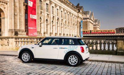 Το BMW Group και η Daimler AG ενώνουν τις δυνάμεις τους για να προσφέρουν στους πελάτες υπηρεσίες βιώσιμης αστικής μετακίνησης από μία πηγή. Οι δύο εταιρίες υπέγραψαν συμφωνία για συγχώνευση των επιχειρηματικών μονάδων τους στις υπηρεσίες μετακίνησης. Μετά από σχετική εξέταση και έγκριση από τις αρμόδιες αρχές του ανταγωνισμού, το BMW Group και η Daimler AG σχεδιάζουν να συνδυάσουν και να επεκτείνουν στρατηγικά τις υπάρχουσες on-demand υπηρεσίες μετακίνησης στους τομείς CarSharing, Ride-Hailing, Parking, Charging και Multimodality. Η κάθε εταιρία θα έχει το 50% σε ένα μοντέλο κοινοπραξίας που περιλαμβάνει υπηρεσίες μετακίνησης και των δύο πλευρών. Οι δύο εταιρίες θα διατηρήσουν την αυτονομία και ανταγωνιστικότητά τους στα προϊόντα του αυτοκινητιστικού τομέα. Στόχος της κοινοπραξίας είναι να δημιουργηθεί ένας κορυφαίος πάροχος καινοτόμων λύσεων μετακίνησης. Και οι δύο κατασκευαστές στοχεύουν να διαμορφώσουν τη μετακίνηση του μέλλοντος για να μπορούν να προσφέρουν στους πελάτες τους μοναδικές εμπειρίες και να υποστηρίζουν τρίτους, όπως πόλεις και κοινότητες στην επίτευξη της βιώσιμης αστικής μετακίνησης. Απώτερος σκοπός είναι η παροχή ενός ολοκληρωμένου οικοσυστήματος έξυπνων, άριστα συνδεδεμένων υπηρεσιών μετακίνησης, διαθέσιμων 'με ένα κλικ'. Σε συνεργασία, το BMW Group και η Daimler AG σχεδιάζουν να αναπτύξουν το νέο επιχειρηματικό μοντέλο με βιώσιμο τρόπο και να επιτρέψουν ταχεία παγκόσμια κλιμάκωση υπηρεσιών. Μέσα από τη μεταξύ τους συνεργασία, και οι δύο εταιρίες αντιμετωπίζουν τις προκλήσεις που προκύπτουν από την αστική μετακίνηση και την αλλαγή επιθυμιών των πελατών, ενώ συνεργάζονται και με πόλεις, δήμους και άλλες ομάδες ενδιαφέροντος για βελτίωση της ποιότητας ζωής σε μεγάλες πόλεις. Η συγχώνευση θα προωθήσει την ηλεκτροκίνηση, για παράδειγμα, προσφέροντας ηλεκτρικά οχήματα μέσω CarSharing, καθώς και εύκολη πρόσβαση σε δυνατότητες φόρτισης και στάθμευσης. Σαν αποτέλεσμα, η γνωριμία αλλά και η χρήση βιώσιμων υπηρεσιών μετακίνησης θα γίνει ακόμα πιο εύκολη. 