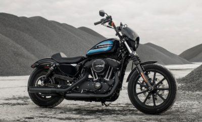 """Η Harley-Davidson δίνει συνέχεια στη μακρά παράδοση των Sportster με την παρουσίαση των Iron 1200 και Forty-Eight Special. Είναι τα πιο πρόσφατα μοντέλα μιας σειράς 100 εντυπωσιακών μοτοσικλετών που πρόκειται να παρουσιάσει η Harley μέχρι το 2027. Αυτά τα Sportster με ψηλό τιμόνι συνδυάζουν διαχρονικό στυλ εμπνευσμένο από την custom σκηνή, με όλα τα βασικά στοιχεία της πλατφόρμας Sportster και τις δυναμικές επιδόσεις του κινητήρα Evolution 1200 V-Twin. Από την πρώτη τους εμφάνιση το 1957, τα μοντέλα Sportster έχουν αποτελέσει πηγή έμπνευσης για την ίδια την Motor Company, αλλά και για τους αναβάτες τους. Τα Sportster έχουν μετατραπεί σε bobber, chopper, scrambler και café racers. Με αμέτρητες επεμβάσεις και τροποποιήσεις, έχουν συμμετάσχει με μεγάλη επιτυχία σε αγώνες flat track, dragster και σε πρωταθλήματα ταχύτητας. Ήταν τα προσιτά μοντέλα εισόδου για νέους αναβάτες, αλλά και οι μοτοσικλέτες που έδιναν πολλές δυνατότητες για προσωπικές παρεμβάσεις. Τα Sportster ήταν τα μοντέλα που οδήγησαν στη ραγδαία ανάπτυξη των custom cruisers. """"Από το πρώτο μοντέλο που παρουσιάστηκε 61 χρόνια νωρίτερα, τα Sportster προσφέρουν τον τέλειο συνδυασμό μεγέθους, δύναμης και χαρακτήρα. Αυτός είναι ο συνδυασμός που τα έχει κάνει τόσο αγαπητά σε αναβάτες με τελείως διαφορετική φιλοσοφία και υπόβαθρο,"""" αναφέρει ο Brad Richards, Αντιπρόεδρος Στυλ & Σχεδίασης της Harley-Davidson. """"Κάθε Sportster είναι μια μοτοσικλέτα που παρέχει την ευκολία αφαίρεσης εξαρτημάτων και τη δυνατότητα προσωπικών παρεμβάσεων. Ότι κάναμε για να δημιουργήσουμε τα νέα Iron 1200 και Forty-Eight Special, είναι αυτό που κάνουν γενιές ιδιοκτητών στα Sportster τους, εδώ και δεκαετίες."""" Τα νέα γραφικά του ρεζερβουάρ χαρακτηρίζουν τα Iron 1200 και Forty-Eight Special. Συνδυάζουν δυναμικές λωρίδες, την κλασική γραμματοσειρά της Harley, καθώς και χρώματα και στοιχεία που ήταν διάσημα τη δεκαετία του 1970. """"Η τέχνη σε αυτά τα δύο ρεζερβουάρ αντανακλά σύγχρονες τάσεις που παρατηρούμε σε custom μοτοσικλέτες, αλλά και στο στυ"""