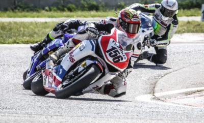 Την 1η θέση της κατηγορίας Superbikes και Supersport κατέκτησαν οι αναβάτες της Honda στον 1ο αγώνα του Πανελληνίου Πρωταθλήματος Ταχύτητας Μοτοσυκλέτας στα Μέγαρα Απόλυτη ήταν η επικράτηση των αναβατών που υποστηρίζει η εταιρεία Αδελφοί Σαρακάκη Α.Ε.Β.Μ.Ε. Επίσημος Εισαγωγέας-Διανομέας της Honda στον 1ο αγώνα του πανελληνίου Πρωταθλήματος Ταχύτητας, που πραγματοποιήθηκε στην πίστα των Μεγάρων, με τον Φώτη Τσαλίκη (Honda CBR1000RR) να κερδίζει την κατηγορία Superbikes και τον Δημήτρη Καρακώστα (Honda CBR600RR) να κερδίζει την κατηγορία Supersports. Ο 1ος αγώνας του Πανελληνίου Πρωταθλήματος Ταχύτητας 2018 σημαδεύτηκε από τον μικρό αριθμό συμμετοχών που δεν ξεπέρασαν τις 43 σε όλες τις κατηγορίες αλλά και το μεγάλο αριθμό θεατών που βρέθηκαν στην πίστα των Μεγάρων για να δουν από κοντά τις «κόντρες» των αναβατών, ενώ ο επόμενος αγώνας του Πρωταθλήματος είναι προγραμματισμένος για τις 28-29 Απριλίου 2018 στο αεροδρόμιο της Τρίπολης. Στη μεγάλη κατηγορία, Superbikes ο Φώτης Τσαλίκης οδηγώντας μία CBR1000RR, έχοντας κάνει 5ο χρόνο στα χρονομετρημένα δοκιμαστικά του Σαββάτου, στην εκκίνηση του αγώνα βρέθηκε στη 2η θέση βρέθηκε ενώ στο 18ο γύρο μετά την πτώση του Σάκη Συνιώρη πέρασε στην 1η θέση, μία θέση που κράτησε μέχρι της πτώση της καρό σημαίας. Ο αναβάτης της CBR1000RR Φώτης Τσαλίκης στον τερματισμό δήλωσε: «Προσπάθησα από την αρχή να μείνω κοντά στο Συνιώρη με στόχο να τον πιέσω στους τελευταίους γύρους του αγώνα. Η πτώση του στο 18ο γύρο μου έδωσε τη δυνατότητα να ανέβω στην πρώτη θέση και να τη διατηρήσω μέχρι τον 28ο γύρο με την πτώση της καρό σημαίας. Το αποτέλεσμα αυτό είναι καρπός τόσο της καλή μου προετοιμασίας όσον αφορά τις προπονήσεις μου, όσο και στη σωστή προετοιμασία της μοτοσυκλέτας μου στην οποία έχουμε χρησιμοποιήσει traction control, γεγονός που μου έδωσε τη δυνατότητα να εκμεταλλευτώ στο έπακρο την ιπποδύναμη της». Στη κατηγορία Supersports ο Δημήτρης Καρακώστας οδηγώντας μία CBR600RR έδειξε τις προθέσεις του από τα χρονομετρημένα δοκιμαστικά του 