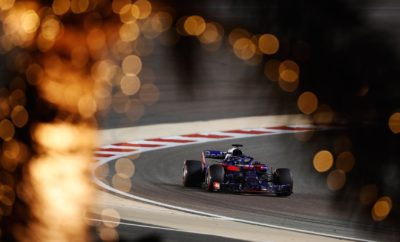 "Το καλύτερο αποτέλεσμα για την Honda στο Μπαχρέιν μετά την επιστροφή της στην F1, το 2015 O οδηγός της Red Bull Toro Rosso Honda RA618 Pierre Gasly ξεκινώντας από την 5η θέση της γραμμής εκκίνησης του δεύτερου αγώνα του Πρωταθλήματος της F1 στο Μπαχρέιν τερμάτισε στην 4η θέση της γενικής κατάταξης, πραγματοποιώντας την καλύτερη απόδοση για τη Honda από την επιστροφή της στην F1 το 2015. O Gasly ανέβηκε στην 4η θέση μετά την εγκατάλειψη του Daniel Ricciardo στο 2ο γύρο και κατάφερε να συγκεντρώσει 12 βαθμούς στο βαθμολογικό πίνακα τόσο για το Πρωτάθλημα των οδηγών όσο και για το Πρωτάθλημα των Κατασκευαστών.. Ο Brendon ενώ πραγματοποίησε μία καλή εκκίνηση τιμωρήθηκε με ποινή 10'' εξαιτίας σύγκρουσης στον 1ο γύρο με αποτέλεσμα να να πέσει στην 13η θέση της κατάταξης. Toyoharu Tanabe, τεχνικός διευθυντής της Honda F1 ""Ήταν μια πολύ συναρπαστική κούρσα και είναι πολύ σημαντικό το γεγονός ότι και τα 2 μονοθέσια της ομάδος πέρασαν τη γραμμή τερματσμού. Συγχαρητήρια στον Gasly που τερμάτισε στην 4η θέση της κατάταξης. Μόλις δύο εβδομάδες μετά το Grand-Prix της Αυστραλίας όλοι στην ομάδα τόσο στη Μεγάλη Βρετανία όσο και στην Ιαπωνία δούλεψαν σκληρά και αυτό το εκπληκτικό αποτέλεσμα αποτελεί την καλύτερη επιβράβευση της προσπάθειας τους. Μπορούμε να απολαύσουμε αυτές τις χαρούμενες στιγμές για λίγο ακόμη καθώς τώρα πρέπει να επικεντρωθούμε στον επόμενο αγώνα στη Σαγκάη. "" Μπρέντον Χάρτλεϊ: ""Μια εκπληκτική μέρα για τον Toro Rosso, αλλά μια απογοητευτική μέρα για μένα. Ενώ έκανα ένα καλό ξεκίνημα στις δύο πρώτες στροφές δυστυχώς είχα μία επαφή με τον Perez στην 4η. Αυτή η σύγκρουση εκτός από το γεγονός ότι μου προκάλσε ζημιά στην εμπρόσθια πτέρυγα του μονοθεσίου μου είχε ως αποτέλεσμα να μου επιβληθεί και ποινή 10''. Είχα ένα καλό ρυθμό και εύκολα θα μπορούσα και εγών να βαθμολογηθώ στον αγώνα αλλά η ποινή μου στέρησε αυτή τη δυνατότητα. Συγχαρητήρια τόσο στην Toro Rosso όσο και στη Honda, καθώς και οι δύο πραγματοποίησαν μία μεγάλη αλλαγή μετά τον πρώτο αγώνα στη Μελβούρνη, κ"