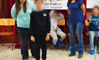 Άριστα» στα σχολεία της Αττικής Το «Άριστα», το πρόγραμμα κυκλοφοριακής αγωγής σε Δημοτικά Σχολεία μέσω του StAr, «Ίδρυμα Άρη Σταθάκη για την Οδική Ασφάλεια» ξεκίνησε. Η αρχή έγινε με 3 τάξεις του 12ου Δημοτικού Σχολείου Αχαρνών την περασμένη Δευτέρα και συνεχίστηκε σήμερα στο 39Ο Δημοτικό Σχολείο Αθηνών. Συνολικά 350 παιδιά έχουν ενταχθεί σε αυτή, την πρώτη φάση του προγράμματος, το οποίο υποστηρίζεται οικονομικά από την Hyundai Ελλάς. Τα παιδιά μαθαίνουν τις βασικές αρχές της κυκλοφοριακής αγωγής, σήματα του ΚΟΚ και τί πρέπει να κάνουν ως πεζοί, ποδηλάτες και επιβάτες (σε αυτοκίνητα και μέσα μαζικής μεταφοράς) με βιωματικό τρόπο και προσωπική συμμετοχή. Το πρόγραμμα προσφέρεται δωρεάν, χάρη στη χορηγία της εισαγωγικής εταιρίας αλλά τα παιδιά δεν έρχονται σε επαφή με κανένα εμπορικό σήμα. Το ενημερωτικό υλικό και το έντυπο «Παιδί στο αυτοκίνητο» που φέρουν τα σήματα της Hyundai Ελλάς, δίνονται για τους γονείς σε κλειστό φάκελο. Τις καλύτερες εντυπώσεις έχει αφήσει στους δασκάλους και στα παιδιά που το παρακολούθησαν, αφού δεν είναι μάθημα, αλλά βιωματική εμπειρία. Σε αυτό βοήθησαν πολύ παλαιότερα προγράμματα μας και η συνεργασία εκπαιδευτικών και παιδοψυχολόγων στο σχεδιασμό του «Άριστα»