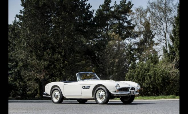 Η ανοιχτή 507 -από μια είχαν και οι Elvis Presley, Fred Astaire, Ursula Andress, John Surtees, Hans Stuck και άλλοι πολλοί επώνυμοι- είναι δημιουργία του Albrecht Graf von Goertz, ενός Γερμανού αριστοκράτη που ήταν ταυτόχρονα και βιομηχανικός σχεδιαστής, επικεφαλής του τότε τμήματος design της BMW. Είχε προηγηθεί η 503, το πρώτο ευρωπαϊκό κάμπριο με ηλεκτρική οροφή, ενώ η 507 θεωρείται το κορυφαίο του μοντέλο και αυτή που καθιέρωσε τη βαυαρική εταιρεία ως κατασκευαστή σπορ μοντέλων πολυτελείας. Η 507 είχε αρχικά προκύψει ως μια πιο προσιτή εναλλακτική πρόταση στη θρυλική, τότε και τώρα, Mercedes 300SL (την επονομαζόμενη και Gullwing στην έκδοση κουπέ της, λόγω του ότι οι πόρτες της άνοιγαν προς τα πάνω θυμίζοντας φτερά γλάρου) και ο στόχος ήταν να πουληθούν 2.500 μονάδες. Επειδή όμως η θεωρία δεν συμβαδίζει πάντα με την πράξη η τιμή της ήταν τελικά ιδιαίτερα υψηλή, με αποτέλεσμα να κατασκευαστούν μόλις 252, από τις οποίες οι 213 είναι της έκδοσης ΙΙ, σαν και αυτή του τέως. Η οποία θα δημοπρατηθεί στις 11 Μαΐου στο Μονακό από τον οίκο Bonham's και η τιμή της αναμένεται να φτάσει μέχρι και τα 2.600.000 δολάρια. Λόγω της σπανιότητάς της, της καλής κατάστασής της και φυσικά του γαλαζοαίματου παρελθόντος της…
