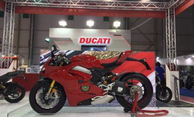 Η Ducati στην «Έκθεση Μοτοσυκλέτας 2018» Η Ducati δίνει το «παρών» με όλα τα νέα της μοντέλα στην «Έκθεση Μοτοσυκλέτας 2018», που διεξάγεται 18-22 Απριλίου, στο Κέντρο Ξιφασκίας (παλαιό Δυτικό Αεροδρόμιο). Μετά την επιτυχία της περσινής, πρώτης έκθεσης, η εφετινή αναμένεται να προσελκύσει ακόμα περισσότερους φίλους των δύο τροχών, καθώς μάλιστα συμμετέχουν οι σημαντικότερες εταιρείες του χώρου. Την παράσταση αναμένεται να κλέψει η νέα Panigale V4, λίγες μόνο ημέρες μετά την πανελλήνια πρεμιέρα της στο Season Opening της μάρκας, στο Ducati Athens. H Kosmocar-Ducati συμμετέχει στην εφετινή έκθεση με περίπτερο συνολικής επιφάνειας 117 τ.μ., σύμφωνα με τις προδιαγραφές της ιταλικής μάρκας. Στο περίπτερο Νο 8, τους επισκέπτες της έκθεσης περιμένουν τα εξής μοντέλα της Ducati: • Νέα Panigale V4S • Νέα Multistrada 1260 • Νέα Monster 821 • XDiavel • Multistrada 950 Spoked Wheel Παράλληλα, άλλη μία Ducati, η εντυπωσιακή Supersport θα φιλοξενείται καθ' όλη τη διάρκεια της έκθεσης στο περίπτερο Νο 34, του ραδιοφωνικού σταθμού Red 96.3, στο πλαίσιο ενός διαγωνισμού του σταθμού, ενώ μία ακόμα Multistrada 1260 θα κοσμεί το περίπτερο της BP. Και η εφετινή έκθεση τελεί υπό την αιγίδα του ΣΕΑΑ. Οι ώρες λειτουργίας της είναι 14.00-21.00 τις καθημερινές και 10.00-21.00 το Σαββατοκύριακο.