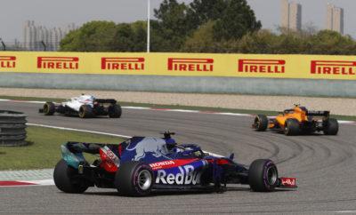 """Ο οδηγός της Red Bull, Daniel Ricciardo κέρδισε στο Κινέζικο Grand Prix εκκινώντας από την 6η θέση με την πάρα πολύ μαλακή γόμα, αφού πραγματοποίησε δυο αλλαγές ελαστικών. Το δεύτερο πιτ στοπ του, έγινε ενόσω βρίσκονταν στην πίστα το αυτοκίνητο ασφαλείας. Έτσι ο Ricciardo βρέθηκε στην επανεκκίνηση μ' ένα φρέσκο σετ ελαστικών μαλακής γόμας που του έδωσε πλεονέκτημα έναντι όσων ήταν σε στρατηγική μιας αλλαγής. Ο άλλος οδηγός της Red Bull, Max Verstappen υιοθέτησε μια παρόμοια στρατηγική, τα δυο μονοθέσια μπήκαν ταυτόχρονα στα πιτ. Ο οδηγός της Mercedes, Valtteri Bottas τερμάτισε 2ος υιοθετώντας μια τελείως διαφορετική στρατηγική. Ακολούθησε παρόμοια τακτική με τον άλλο οδηγό της Mercedes, Lewis Hamilton και τους δυο οδηγούς της Ferrari: Εκκίνησε με τη μαλακή γόμα και έκανε μόνο μια αλλαγή βάζοντας τη μέση γόμα. Παρότι υπήρξε μεγάλη ποικιλία τακτικών και πολλοί οδηγοί χρησιμοποίησαν και τις τρεις γόμες, οι πρωτοπόροι έδωσαν μια αμφίρροπη μάχη ως το τέλος. Η διαχείριση των ελαστικών έπαιξε κομβικό ρόλο στο τελικό αποτέλεσμα. MARIO ISOLA – ΕΠΙΚΕΦΑΛΗΣ ΑΓΩΝΩΝ ΑΥΤΟΚΙΝΗΤΟΥ """"Μετά το Μπαχρέιν απολαύσαμε έναν ακόμη αγώνα όπου υπήρχαν διαφορετικές σκέψεις όσον αφορά στην στρατηγική ελαστικών ανάμεσα σ' αυτούς που έδωσαν μάχη για τις πρώτες θέσεις. Αυτό οδήγησε σ' ένα πολύ συναρπαστικό αποτέλεσμα, με πολλές διαφορετικές τακτικές. Η θερμοκρασία στην πίστα ήταν 20 βαθμούς υψηλότερη απ' ότι τις προηγούμενες μέρες, αυτό είχε ως αποτέλεσμα οι ομάδες ν' αντιμετωπίσουν μερικές άγνωστες παραμέτρους στον αγώνα καθότι δεν είχαν δοκιμάσει τα ελαστικά πρωτύτερα σε τέτοια θερμοκρασία. Ένας ακόμη παράγοντας που επηρέασε την τακτική αλλαγής ελαστικών και έκρινε τελικά τη νίκη στον αγώνα, ήταν η παρατεταμένη παρουσία του αυτοκινήτου ασφαλείας. Αυτή επέτρεψε στις δυο Red Bull να αλλάξουν ελαστικά σ' ένα χρονικό σημείο που τους έδωσε πλεονέκτημα. Επιπλέον όσοι δεν άλλαξαν ελαστικά βοηθήθηκαν από τη μείωση της φθοράς και της πτώσης στην απόδοση, χάρη στο μειωμένο ρυθμό πίσω από το αυτοκίνητο ασφαλε"""