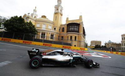 """Όπως αναμένονταν η παρουσία του αυτοκινήτου ασφαλείας έπαιξε καθοριστικό ρόλο στο τελικό αποτέλεσμα του αγώνα στο Αζερμπαϊτζάν. Όλοι οι πρωτοπόροι υποχρεώθηκαν να βάλουν την πάρα πολύ μαλακή γόμα για λίγους γύρους στο τέλος. Αυτό ταίριαξε πολύ βολικά με το «παράθυρο αλλαγής» του οδηγού της Mercedes, Valtteri Bottas, ο οποίος οδηγούσε την κούρσα εκείνη τη στιγμή, χρησιμοποιώντας ακόμη το σετ ελαστικών πολύ μαλακής γόμας με το οποίο είχε εκκινήσει. Μετά την αποχώρηση του αυτοκινήτου ασφαλείας ο Bottas πάτησε θραύσματα και υπέστη κλατάρισμα ελαστικού. Ωφελήθηκε ο έτερος οδηγός της Mercedes, Lewis Hamilton που κέρδισε έχοντας πραγματοποιήσει δυο αλλαγές ελαστικών. Οι περισσότεροι οδηγοί επέλεξαν να εκκινήσουν με την πολύ μαλακή γόμα. Είδαμε όμως και τις τρεις διαθέσιμες γόμες στην εκκίνηση. Επίσης πολλοί οδηγοί χρησιμοποίησαν και τις τρεις διαθέσιμες γόμες κατά τη διάρκεια του αγώνα. Υιοθετήθηκαν συνολικά έξι διαφορετικές στρατηγικές από τους πρώτους 10 στην τελική κατάταξη. Το αυτοκίνητο ασφαλείας εμφανίστηκε δυο φορές και αυτό επηρέασε τον αγώνα. Η φθορά των ελαστικών αλλά και η πτώση στην απόδοση λόγω θερμικής καταπόνησης, περιορίστηκαν στη δεύτερη μεγαλύτερη σε μήκος πίστα της χρονιάς. MARIO ISOLA – ΕΠΙΚΕΦΑΛΗΣ ΑΓΩΝΩΝ ΑΥΤΟΚΙΝΗΤΟΥ """"Υπήρξε ένας αριθμός διαφορετικών στρατηγικών συνδυασμών στο Grand Prix του Αζερμπαϊτζάν. Είναι ενδιαφέρον ότι είδαμε και τις τρεις διαθέσιμες γόμες να χρησιμοποιούνται εκτενώς κατά τη διάρκεια του αγώνα με ποικίλες στρατηγικές για κάθε οδηγό. Η παρεμβολή του αυτοκινήτου ασφαλείας είχε ισχυρή επιρροή στο αποτέλεσμα του αγώνα. Ο Bottas κατάφερε να διανύσει εξαιρετικά μεγάλη απόσταση με την πολύ μαλακή γόμα. Η νίκη πήγε τελικά στον Hamilton, που εκμεταλλεύτηκε την ευκαιρία χρησιμοποιώντας πάλι και τις τρεις διαθέσιμες γόμες. Με τη θερμοκρασία χαμηλά, το μεγάλο μήκος της ευθείας, τις κίτρινες σημαίες και τις εμφανίσεις του αυτοκινήτου ασφαλείας, ήταν μια πρόκληση να διατηρήσει κανείς την ενδεδειγμένη θερμοκρασία στα ελαστικά, ειδικά στις επανεκ"""