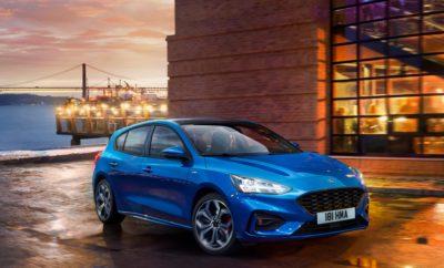 Η Ford Αποκαλύπτει το Νέο Focus – Το πιο Καινοτόμο, Δυναμικό και Συναρπαστικό Ford Όλων των Εποχών – 20 Χρόνια από το Λανσάρισμα της Πρώτης Γενιάς του Μοντέλου που Άλλαξε τους Κανόνες του Παιχνιδιού • Σχεδιασμένο από λευκή κόλλα χαρτί, το νέο Ford Focus εγκαινιάζει μία νέα εποχή στην τεχνολογία, άνεση, ευρυχωρία και οδηγική εμπειρία που απολαμβάνουν οι Ευρωπαίοι αγοραστές μεσαίων αυτοκινήτων. Νέα 'ανθρωποκεντρική' σχεδίαση για μεγαλύτερη γκάμα εκδόσεων με το πρώτο Focus Active crossover και το πολυτελές Focus Vignale • Νέες τεχνολογίες Stop & Go, Speed Sign Recognition και Lane-Centring βοηθούν τον οδηγό να διαχειρίζεται συνθήκες πυκνής κυκλοφορίας. Συστήματα όπως προληπτικός φωτισμός στροφών (predictive curve light) και φωτισμός ανάλογα με την οδική σήμανση (sign-based light) βελτιώνουν την ορατότητα • Πρώτο σύστημα head-up display για μοντέλο Ford στην Ευρώπη προσφέρει μεγαλύτερη αυτοπεποίθηση στο τιμόνι. Active Park Assist 2 επιτρέπει πλήρως αυτοματοποιημένους ελιγμούς παρκαρίσματος πιέζοντας απλά ένα μπουτόν • Στάνταρ επιλέξιμα προφίλ οδήγησης (Drive Modes), 20% βελτίωση της στρεπτικής ακαμψίας και ανεξάρτητη πίσω ανάρτηση προσφέρουν Συνεχώς Ελεγχόμενη Απόσβεση (Continuously Controlled Damping) – πρωτιά για Focus – εξασφαλίζουν την καλύτερη δυναμική συμπεριφορά στην κατηγορία του και βελτιώνουν τα επίπεδα άνεσης • Το νέο Focus λανσάρει το ενσωματωμένο FordPass Connect modem για συνδεσιμότητα εν κινήσει, επιφάνεια ασύρματης φόρτισης, SYNC 3 με οθόνη αφής 8-ιντσών και B&O PLAY audio • Προηγμένοι κινητήρες βενζίνης EcoBoost και EcoBlue diesel με την υποστήριξη νέου, οκτατάχυτου, αυτόματου κιβωτίου, προσφέρουν 10% βελτιωμένη απόδοση σε όλη τη γκάμα Η Ford γιορτάζει σήμερα το παγκόσμιο ντεμπούτο του νέου Ford Focus, του πιο ολοκληρωμένου και τεχνικά προηγμένου Focus όλων των εποχών. Το νέο Focus είναι προϊόν στενής συνεργασίας της Ford με τους πελάτες και δημιουργήθηκε εξ αρχής για να προσφέρει την πιο διαισθητική και ικανοποιητική εμπειρία σε οδηγό και επιβάτες από 