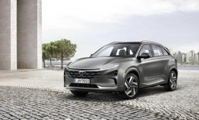 """Η Hyundai ξεκινά τις πωλήσεις του ηλεκτρικού NEXO κυψελών καυσίμου • Η έναρξη των πωλήσεων του NEXO γιορτάζεται με τελετές παράδοσης στο Ulsan και το Gwangju • Οι 1.061 προ-παραγγελίες NEXO αποδεικνύουν το ισχυρό ενδιαφέρον του κοινού Η Hyundai Motor Company ξεκίνησε στην Κορέα τις πωλήσεις του ηλεκτρικού NEXO κυψελών καυσίμου μετά από μια πολύ επιτυχημένη περίοδο προ παραγγελιών. Πριν από την έναρξη των λιανικών πωλήσεων, το κοινό είχε δείξει το θερμό του ενδιαφέρον για το NEXO με συνολικά 1.061 οχήματα που παραγγέλθηκαν καθ' όλη την περίοδο προ-παραγγελιών μεταξύ 19-26 Μαρτίου 2018. Μόλις την πρώτη μέρα της περιόδου προ-παραγγελιών τοποθετήθηκαν 733 παραγγελίες οχημάτων NEXΟ. «Είμαστε μάρτυρες μιας ιστορικής ημέρας καθώς η τεχνολογία κυψελών καυσίμου διατίθεται σε μεγάλες ποσότητες στο ευρύ κοινό. Μετά από αυτό το θετικό ξεκίνημα, θα συνεχίσουμε τις προσπάθειές μας στις υπερπόντιες αγορές για να στηρίξουμε την ανάπτυξη της νέας αγοράς οχημάτων κυψελών καυσίμου"""", δήλωσε ο κ. Byung Kwon Rhim, Executive Vice President της Hyundai Motor Company. Η Hyundai παρέδωσε επίσης οχήματα ΝΕΧΟ και στις δημοτικές αρχές των πόλεων Ulsan και Gwangju της Κορέας. Η τελετή στο Ulsan πραγματοποιήθηκε στο σπίτι του υδρογόνου, που δημιουργήθηκε με κοινές προσπάθειες της Hyundai και της πόλης του Ulsan, ενώ στο Gwangju πραγματοποιήθηκε η τελετή στο νεόκτιστο πολύ-ενεργειακό σταθμό υδρογόνου DongGok. Και οι δύο δημοτικές αρχές εξέφρασαν την πρόθεσή τους να επεκτείνουν την υποδομή ανεφοδιασμού υδρογόνου. Να αναφέρουμε ότι η τεχνολογία κυψελών καυσίμου απαντά σε πολλές από τις σημαντικές προκλήσεις που αντιμετωπίζουν σήμερα τα αυτοκίνητα: εξάρτηση από ορυκτά καύσιμα, εκπομπές ρύπων, απόδοση, αυτονομία και χρόνοι ανεφοδιασμού.. Οι κυψέλες καυσίμου αποτελούν ένα μηχανισμό για την ηλεκτροχημική μετατροπή της ενέργειας μετατρέποντας υδρογόνο και οξυγόνο σε νερό, παράγοντας ταυτόχρονα με τη διαδικασία αυτή, ηλεκτρισμό και θερμότητα. Ο ηλεκτρισμός παράγεται με τη μορφή συνεχούς ρεύματος ενώ οι υδ"""