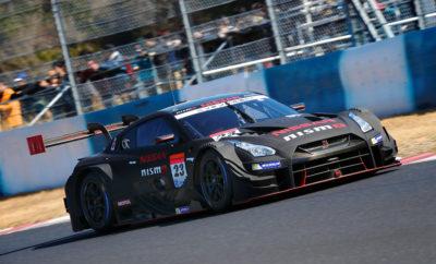 Με την έναρξη της σεζόν στο Super GT, η Nissan στοχεύει σε έναν ακόμα τίτλο Με το βλέμμα στη διεκδίκηση του τίτλου στο Super GT GT500, η Nissan ξεκινά τη νέα σεζόν με τους καλύτερους οιωνούς, αυτό το Σαββατοκύριακο στην Okayama της Ιαπωνίας. Μετά τη διεκδίκηση του τίτλου το 2014 και το 2015 με τους Ronnie Quintarelli και Tsugio Matsuda, το No. 23 Nissan GT-R Nissan GT500 είχε καταφέρει να φτάσει πολύ κοντά στην κατάκτηση του τίτλου τα τελευταία δύο χρόνια. Οι Quintarelli και Matsuda είχαν μια πολύ καλή πορεία μέχρι και τον τελικό του 2016, κερδίζοντας και τον τελευταίο αγώνα του προηγούμενου έτους. Ωστόσο, για διαφορά 3 βαθμών, δεν κατάφεραν να πατήσουν στο ψηλότερο σκαλί του βάθρου. Η Okayama είναι μια καλή πίστα για τη Nissan, καθώς το 2016 οι Quintarelli και Matsuda έχουν γράψει νίκες εκεί, όπως και οι Matsuda και JP de Oliveira το 2011. Αν και το δίδυμο Quintarelli / Matsuda θα ενώσει τις δυνάμεις του για πέμπτη σεζόν, η Nissan εισέρχεται στη σεζόν του 2018 με μια ανανεωμένη ομάδα, καθώς συμπεριλαμβάνει στους κόλπους της την (πρώην) ομάδα GT300 της B-Max Racing. Ακόμη η NDDP θα κάνει το ντεμπούτο της στο GT500, με τους Satoshi Motoyama και Katsumasa Chiyo. Άλλες αλλαγές στην σύνθεση των πληρωμάτων περιλαμβάνουν τον Daiki Sasaki που ενώνει τις δυνάμεις του με τον Jann Mardenborough στην ομάδα IMPUL, ενώ ο περσινός πρωταθλητής της Formula 3 Mitsunori Takaboshi, θα είναι μαζί με τον de Oliveira στην Kondo Racing. Αξίζει να σημειωθεί ότι τα εργοστασιακά Nissan GT-R NISMO GT500, έχουν αναβαθμιστεί για τη σεζόν του 2018. Εκτεταμένες δοκιμές αυτοκινήτων και πληρωμάτων, έχουν διεξαχθεί στην πίστα Sepang της Μαλαισίας, καθώς και στις πίστες του Motegi, Fuji και Okayama στην Ιαπωνία.