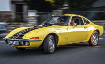 """Το θρυλικό σπορ αυτοκίνητο πέρασε για πρώτη φορά τη γραμμή παραγωγής το 1968 Η επιτυχία του στην Ευρώπη και το εξωτερικό ξεπέρασε κάθε προσδοκία Το Opel GT έγινε θρύλος μέσα σε πέντε χρόνια παραγωγής Το Opel GT πρωταγωνιστεί στη έκθεση """"Bodensee-Klassik"""" που σηματοδοτεί το ξεκίνημα των επετειακών εκδηλώσεων από τη γέννησή του """"Nur Fliegen ist schöner…"""" – μόνο το να πετάς είναι καλύτερο... Αυτές οι τέσσερις λέξεις είναι αρκετές για να γεννήσουν πάθος και όνειρα. Όπως το διαφημιστικό σλόγκαν, έτσι και το ίδιο το αυτοκίνητο έχει γίνει classic: Το σπορ Opel GT που πέρασε για πρώτη φορά από τη γραμμή παραγωγής πριν από 50 χρόνια. Τότε, όπως και τώρα, ένα αληθινό dream-car και ένα ορόσημο στην ιστορία της αυτοκίνησης. Οι εορτασμοί για τα γενέθλια του Opel GT ξεκινούν τον Μάιο στην έκθεση κλασικών αυτοκινήτων """"Bodensee-Klassik"""". Οι φίλοι των κλασικών αυτοκινήτων θα μπορούν να το απολαύσουν σε πολλές ακόμα εκδηλώσεις σε όλη τη διάρκεια της χρονιάς. Experimental GT: Οι σχεδιαστές της Opel δείχνουν την τόλμη τους Για να ακριβολογούμε, η καριέρα του Opel GT ξεκίνησε όχι πριν από 50, αλλά πριν από 53 χρόνια – κάνοντας πάταγο στο Σαλόνι Αυτοκινήτου της Φρανκφούρτης 1965 (IAA), όπου η εταιρία παρουσίασε ένα διθέσιο σπορ μοντέλο. Με αεροδυναμικό αμάξωμα, χαμηλό εμπρός τμήμα με αναδιπλούμενους προβολείς, φουσκωμένους θόλους τροχών και αιχμηρό πίσω τμήμα, το αυτοκίνητο δεν είχε καμία σχέση με οτιδήποτε είχε παρουσιάσει μέχρι τότε Ευρωπαίος κατασκευαστής. Χάρη στις πλούσιες καμπύλες του, πολύ σύντομα άρχισαν να το αποκαλούν """"Coke Bottle Shape"""", που υποδήλωνε το σχήμα μπουκαλιού της Coca Cola. Αρχικά, η Opel περιέγραφε το """"Experimental GT"""" – το πρώτο πρωτότυπο αυτοκίνητο από Γερμανό κατασκευαστή – ως μία μελέτη υψηλών επιδόσεων. Είχε σχεδιαστεί από τον Erhard Schnell και την ομάδα του στο ολοκαίνουργιο """"Styling Studio"""" στο Rüsselsheim – το πρώτο κέντρο σχεδίασης Ευρωπαίου κατασκευαστή αυτοκινήτων. Ο Erhard Schnell θυμάται ότι η εξέλιξη του GT ήταν μεγάλο μυστικό: «Για να τα πάρουμε τα"""