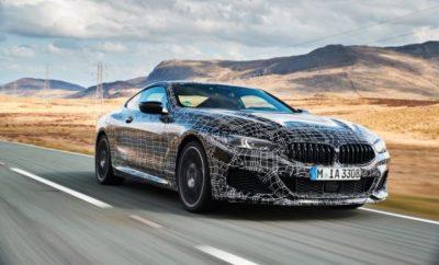 Στο τελικό στάδιο της διαδικασίας εξέλιξης πριν τη μαζική παραγωγή, η νέα BMW Σειρά 8 Coupe κάνει μία επίδειξη δυνατοτήτων δυναμικής συμπεριφοράς. Τα test drive που διεξάγονται στην Ουαλία προορίζονται αποκλειστικά για τον τελικό συντονισμό όλων των συστημάτων κίνησης και ανάρτησης, με ιδιαίτερη έμφαση στην BMW M850i xDrive Coupe, ένα μοντέλο που ενσαρκώνει απόλυτα τα χαρακτηριστικά επιδόσεων του νέου πολυτελούς σπορ αυτοκινήτου. Ένας πλήρως ανασχεδιασμένος V8 κινητήρας, προηγμένη, ευφυής τεχνολογία τετρακίνησης, ενεργό, μπλοκέ διαφορικό στον πίσω άξονα, προσαρμοζόμενη ανάρτηση Μ Professional με ενεργές αντιστρεπτικές δοκούς και ενεργό σύστημα διεύθυνσης με την ονομασία Integral Active Steering συνθέτουν ένα τέλεια εναρμονισμένο πακέτο για συναρπαστικές σπορ επιδόσεις και εξαιρετική άνεση. Εκείνο που εντυπωσιάζει κυρίως είναι ο συνδυασμός των χαρακτηριστικών του κινητήρα και της ανάρτησης για την υποστήριξη ποικίλων οδηγικών στυλ. Ο οκτακύλινδρος κινητήρας που χρησιμοποιείται για πρώτη φορά στην BMW M850i xDrive Coupe παράγει ακριβώς την ροπή και τον ήχο που ταιριάζει σε ένα χαλαρό στυλ οδήγησης. Από την άλλη, στο Sport ή Sport+ mode, τόσο η καμπύλη ισχύος όσο και ο ήχος του κινητήρα γίνονται πολύ πιο δυναμικά για την υποστήριξη μιας σπορ οδηγικής εμπειρίας. Παρομοίως, η λειτουργία των ηλεκτρονικά ελεγχόμενων αποσβεστήρων, το σύστημα ελέγχου ευστάθειας DSC (Dynamic Stability Control) και το σύστημα τετρακίνησης προσαρμόζονται με ακρίβεια στο επιλεγμένο πρόγραμμα οδήγησης. Η έμφαση στην ελκτική ισχύ των πίσω τροχών του νέου συστήματος BMW xDrive είναι αντιληπτή σε όλα τα προγράμματα οδήγησης, ενώ οι οδηγοί με σπορ φιλοδοξίες επωφελούνται από το ενεργό μπλοκέ διαφορικό στη μετάδοση του πίσω άξονα, που εξασφαλίζει μέγιστη ελκτική πρόσφυση κατά την επιτάχυνση μετά από μία στροφή. «Το στοιχείο που πάντα εντυπωσιάζει όταν κάποιος δοκιμάζει τη νέα BMW Σειρά 8 Coupe είναι η προσαρμοστικότητά της», σχολιάζει ο Markus Flasch, Project Manager της BMW Σειράς 8. «Ανεξάρτητα εάν 
