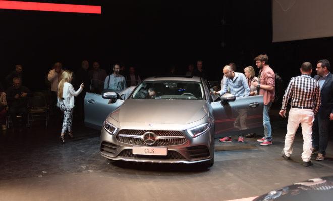 Η Mercedes-Benz Hellas, παρουσίασε για πρώτη φορά επί Ελληνικού εδάφους τη νέα CLS και την online πλατφόρμα υπηρεσιών Mercedes Me την Πέμπτη, 19 Απριλίου. Ο κ. Ιωάννης Καλλίγερος, Πρόεδρος & Διευθύνων Σύμβουλος της Mercedes-Benz Ελλάς, έδωσε το έναυσμα για την έναρξη της εκδήλωσης, η οποία φιλοξένησε κοινό και οικοδεσπότες πάνω στη σκηνή της αίθουσας «Αλεξάνδρα Τριάντη» του Μεγάρου Μουσικής δημιουργώντας μία εντυπωσιακή ατμόσφαιρα. Στη συνέχεια, ο κ. Νίκος Πρέζας Γενικός Διευθυντής Επιβατηγών Αυτοκινήτων της Mercedes-Benz Ελλάς και ο κ. Παναγιώτης Ριτσώνης, Διευθυντής Marketing & Επικοινωνίας της Mercedes-Benz Ελλάς, προχώρησαν από κοινού στην επίσημη πανελλαδική παρουσίαση της νέας CLS και των υπηρεσιών Mercedes me με ένα πρωτότυπο και διαδραστικό τρόπο, προσφέροντας στους παρευρισκόμενους την ευκαιρία να απολαύσουν «ζωντανά» τόσο το ελκυστικό νέο μοντέλο της μάρκας όσο και την ποικιλία των υπηρεσιών που περιλαμβάνει το Mercedes me. Στην εκδήλωση παραβρέθηκαν δημοσιογράφοι, συνεργάτες και αντιπρόσωποι του δικτύου της Mercedes Benz.