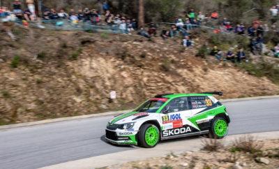 Νίκη για τη SKODA Fabia R5 στη WRC 2 του Ράλλυ Κορσικής • Η SKODA Fabia R5 των Κοπέτσκυ / Ντρέσλερ στην 1η θέση στη WRC 2 και μία εντυπωσιακή 8η θέση γενικής στο Ράλλυ Κορσικής • Τέσσερα στα πρώτα πέντε αυτοκίνητα στον τερματισμό της WRC 2 ήταν SKODA Fabia R5 • Μετά τους πρώτους τέσσερις αγώνες της χρονιάς, δύο οδηγοί της SKODA Motorsport προηγούνται στο πρωτάθλημα οδηγών της WRC 2 Μία SKODA Fabia R5, με πλήρωμα τους Γιαν Κοπέτσκυ / Πάβελ Ντρέσλερ (Jan Kopecký / Pavel Dresler) τερμάτισε πρώτη στην κατηγορία WRC 2 του Ράλλυ Κορσικής. Το αποτέλεσμα αυτό φέρνει τους Κοπέτσκυ / Ντρέσλερ στην πρώτη θέση της κατάταξης του πρωταθλήματος οδηγών στη WRC 2, μετά από 4 αγώνες - από τους 13 συνολικά - στο καλεντάρι για το 2018. Το άλλο πλήρωμα της SKODA Motorsport, οι νεαροί Νορβηγοί Όλε Κρίστιαν Βέιμπι / Στιγκ Ρούνε Σκιάρμοεν (Ole Christian Veiby / Stig Rune Skjærmoen) πέτυχαν δύο φορές τον ταχύτερο χρόνο ειδικής και έχασαν για μόλις 1,8 δευτερόλεπτα μία θέση στο βάθρο, στο οποίο ανέβηκε ένας άλλος οδηγός με Skoda Fabia R5, ο Ιταλός ιδιώτης οδηγός Fabio Adolfi. Γεγονός είναι πως η SKODA Motorsport είχε μία συνολικά εντυπωσιακή παρουσία με τις Fabia R5 στην Κορσική, αφού τα αυτοκίνητα τερμάτισαν στις 4 από τις πρώτες 5 θέσεις στην κατάταξη της WRC 2, μάλιστα με δύο από αυτά σε χέρια ιδιωτών οδηγών. Κάτι που δείχνει με τον πλέον χαρακτηριστικό τρόπο την προσεγμένη σε κάθε λεπτομέρεια δουλειά που έχει γίνει από τη SKODA στην προετοιμασία της συγκεκριμένης έκδοσης. Φυσικά, τα τελικά αποτελέσματα του Ράλλυ Κορσικής ενθουσίασαν τον επικεφαλής της SKODA Motorsport Μίχαλ Χραμπάνεκ (Michal Hrabánek), ο οποίος δήλωσε πως: «Η τέλεια σαιζόν μας συνεχίζεται, μιας και πλέον με τους Κοπέτσκυ / Ντρέσλερ και Τίντεμαντ / Άντερσσον έχουμε τις θέσεις 1 και 2 της γενικής κατάταξης της κατηγορίας WRC 2». Ο επόμενος αγώνας είναι το Ράλλυ Αργεντινής, που θα διεξαχθεί από τις 26 έως τις 29 Απριλίου.