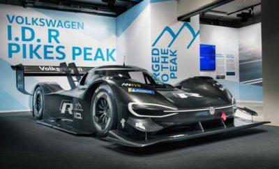"""Volkswagen I.D. R Pikes Peak – η ηλεκτρική κατάκτηση της κορυφής • Η Volkswagen παρουσιάζει ένα ξεχωριστό super sports car: το I.D. R Pikes Peak • Η Volkswagen στοχεύει στην κατάρριψη του ρεκόρ στην κατηγορία των ηλεκτροκίνητων οχημάτων, στον περίφημο αγώνα του Pikes Peak • 680 ίπποι – 650 Nm ροπής, βάρος λιγότερο από 1.100 κιλά • Το I.D. R Pikes Peak επιταχύνει 0-100 σε μόλις 2,25 δευτερόλεπτα, ταχύτερο από Formula 1 & Formula E Μία νέα εποχή για τη Volkswagen στους αγώνες. Αποκαλύφθηκε το αμιγώς ηλεκτρικό της υπεραυτοκίνητο, το I.D. R Pikes Peak. Με ισχύ που φτάνει τους 680 ίππους (500kW), 650Nm ροπής, και βάρος που δεν ξεπερνά τα 1.100 κιλά, το συγκεκριμένο υπεραυτοκίνητο στις 24 Ιουνίου 2018 θα λάβει μέρος στην εμβληματική ανάβαση του Pikes Peak, στο Colorado Springs των ΗΠΑ. Στόχος της Volkswagen; Να σπάσει το ρεκόρ των 8΄ 57΄΄ 118 εκατοστών για ηλεκτρικά αυτοκίνητα, στον «Αγώνα προς τα Σύννεφα», (Race to the Cloud), όπως συμβολικά αποκαλείται. Για την επίτευξη του στόχου, το I.D. R Pikes Peak σίγουρα θα κάνει μία τεράστια εκτίναξη προς το μέλλον. Τόσο μεταφορικά όσο και ρεαλιστικά: τα 0-100 έρχονται σε μόλις 2,25 δευτερόλεπτα, επίδοση που αφήνει πίσω ακόμα και τα μονοθέσια της Formula 1 και της Formula E. Βασικός στόχος στην εξέλιξη του Volkswagen I.D. R Pikes Peak, ήταν η ιδανική ισορροπία μεταξύ αποθήκευσης ενέργειας και συνολικού βάρους. Σε αντίθεση με τα κοινά αγωνιστικά αυτοκίνητα, οι απόλυτες επιδόσεις δεν ήταν αυτοσκοπός. Τα ποιοτικά χαρακτηριστικά του πρωτότυπου της Volkswagen για το Pikes Peak, αναδεικνύονται ακόμα και από το όνομά του: To """"R"""", που έχει γίνει πλέον συνώνυμο των επιδόσεων, και το """"I.D."""" – που συμβολίζει τις ευφυείς 'E-τεχνολογίες' της Volkswagen. Όπως και με το εντυπωσιακό Golf με τους δύο κινητήρες που έλαβε μέρος στο Pikes Peak το 1985, 1986 και το 1987, έτσι και τώρα οι μηχανικοί επέλεξαν τη λύση των δύο κινητήριων συνόλων. Το I.D. R Pikes Peak διαθέτει δύο ηλεκτροκινητήρες, οι οποίοι εξασφαλίζουν στον αυτοκίνητο συνολική ισχύ που φ"""
