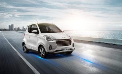 η εταιρεία Ν. Ζυμπάς ΑΕ, που δραστηριοποιείται στο χώρο του αυτοκινήτου πάνω από 45 χρόνια, προσφάτως ανέλαβε την αποκλειστική αντιπροσώπευση στην Ελλάδα της μάρκας Zhidou μετά από την υπογραφή της σχετικής σύμβασης συνεργασίας με την Shandong Zhidou Electric Vehicle Co. Πρόκειται για μια εταιρεία του ομίλου Xindayang Group (XDY) που ιδρύθηκε το 2001 με σκοπό την εξειδίκευση στον σχεδιασμό και την παραγωγή ηλεκτροκίνητων μεταφορικών μέσων νέας γενιάς και έχει αναγνωριστεί ως μια πρωτοποριακή επιχείρηση που πρωτοστατεί στις νέες τάσεις των ενεργειακών προτύπων που διέπουν τη βιομηχανία μεταφορών. Το πρόγραμμα εξέλιξης της πλατφόρμας που χρησιμοποιούν σήμερα τα αυτοκίνητα παραγωγής Zhidou, η οποία σχεδιάστηκε εξ αρχής για την παραγωγή ηλεκτροκίνητων μοντέλων, διήρκεσε 8 χρόνια και κόστισε 496 εκατομμύρια δολάρια, περιλαμβάνοντας συνεργασίες με κορυφαία εκπαιδευτικά ιδρύματα, ιταλικούς σχεδιαστικούς οίκους και εξειδικευμένες ευρωπαϊκές εταιρείες στον τομέα Έρευνας και Εξέλιξης. Το πρώτος της μοντέλο (D1) έλαβε ευρωπαϊκή πιστοποίηση το 2012 και στο τέλος της ίδια χρονιάς έφτασε στις εκθέσεις της εταιρείας στην Κίνα και στην Ευρώπη. Το 2013, το Zhidou D1 κέρδισε το βραβείο Πράσινο Αυτοκίνητο της χρονιάς, ενώ οι πωλήσεις του τα αμέσως επόμενα χρόνια ανέβασαν την εταιρεία στην πρώτη 6άδα των παγκόσμιων πωλήσεων ηλεκτρικών αυτοκινήτων. Από τις αρχές του 2015 η XDY υπέγραψε στρατηγική συνεργασία με τον όμιλο Zhejiang Geely Holding (μεταξύ άλλων περιλαμβάνει τις μάρκες Volvo, Polestar, Lotus, Lynk & Co, London Taxi, Proton, Geely Auto, κ.ά.) αποκλειστικά για την κατασκευή ηλεκτροκίνητων οχημάτων, ανεβάζοντας την ετήσια παραγωγική της δυνατότητα από 100.000 σε 300.000 αυτοκίνητα. Σήμερα λειτουργεί τέσσερα εργοστάσια συναρμολόγησης στην Κίνα, συνθέτοντας εξαρτήματα που εισάγονται από όλο τον κόσμο συμπεριλαμβανομένης και της Ευρώπης. Επιπλέον, ένα νέο εργοστάσιο συναρμολόγησης αυτοκινήτων βρίσκεται σε φάση κατασκευής στη Νότια Κορέα. Η Zhidou (Shandong Zhidou Electric Vehicle C