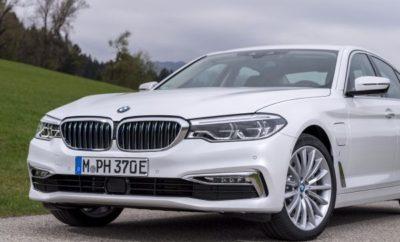 Το BMW Group πέτυχε τις καλύτερες πωλήσεις πρώτου τριμήνου στην ιστορία του, με συνολικές παραδόσεις 604.629 οχημάτων BMW, MINI και Rolls-Royce, αύξηση 3,0% από πέρσι. Το αποτέλεσμα αυτό σηματοδοτεί και την πρώτη φορά που η εταιρία ξεπερνά σε πωλήσεις τα 600.000 οχήματα τόσο γρήγορα μέσα στη χρονιά. Ο Μάρτιος του 2018 ήταν ο καλύτερος μήνας στην ιστορία της εταιρίας, με συνολικές παραδόσεις 256.162 μονάδων (+0,5%). Οι πωλήσεις του BMW Group το μήνα Μάρτιο επηρεάστηκαν ελαφρώς από μία αμμοθύελλα, η οποία καθυστέρησε την αποστολή περίπου 5.000 αυτοκινήτων που επρόκειτο να μεταφερθούν από το Γερμανικό λιμάνι του Cuxhaven. Καθώς η κατάσταση του λιμανιού είναι ακόμα υπό αξιολόγηση, είναι πολύ πιθανό τα αποτελέσματα πωλήσεων του Απριλίου να επηρεαστούν ελάχιστα από το περιστατικό. «Οι πωλήσεις ρεκόρ που καταγράφηκαν το πρώτο τρίμηνο της φετινής χρονιάς είναι μόνο η αρχή μιας ακόμα επιτυχημένης χρονιάς, με κύριο συντελεστή το προσεχές λανσάρισμα νέων μοντέλων», δήλωσε ο Pieter Nota, Μέλος Δ.Σ. της BMW AG υπεύθυνος Πωλήσεων και Μάρκας BMW. «Όλες οι κύριες περιοχές πωλήσεων πέτυχαν άνοδο το πρώτο τρίμηνο, παρά τις συνεχείς αντιξοότητες σε μερικές σημαντικές αγορές. Επίσης, είμαστε ευχαριστημένοι που βλέπουμε την αυξανόμενη ζήτηση για τα ηλεκτρικά / plug-in υβριδικά μας οχήματα σε όλο τον κόσμο, με τις πωλήσεις σε αυτόν τον ραγδαία αναπτυσσόμενο τομέα να αυξάνονται μέχρι 38,3% το πρώτο τρίμηνο της χρονιάς», συνέχισε ο Nota. Με παγκόσμιες πωλήσεις 26.858 ηλεκτρικών / plug - in υβριδικών οχημάτων BMW και MINI, το BMW Group ενισχύει την πρωτοκαθεδρία του ως παγκόσμιος πάροχος premium ηλεκτροκίνησης. Προχωράει με αυτοπεποίθηση για το στόχο τουλάχιστον 140.000 παραδόσεων ηλεκτρικών / plug-in υβριδικών μοντέλων μέσα στο 2018. Οι πωλήσεις ηλεκτρικών / plug-in υβριδικών οχημάτων BMW i, BMW iPerformance και MINI Electric το πρώτο τρίμηνο σημείωσαν αλματώδη αύξηση 78,0% στις ΗΠΑ, τη μεγαλύτερη μεμονωμένη αγορά της εταιρίας για τέτοια οχήματα. Με συνολικές παραδόσεις 5.743 οχημάτων τους