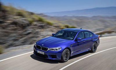 """Η BMW M5 (κατανάλωση μικτού κύκλου: 10,5 l/100km*, εκπομπές CO2 στο μικτό κύκλο: 241 g/100km*) ψηφίστηκε """"World Performance Car 2018"""" (Παγκόσμιο Αυτοκίνητο Επιδόσεων της Χρονιάς 2018). Ήταν η έβδομη φορά που η BMW απέσπασε ένα παγκόσμιο βραβείο στο θεσμό """"World Car of the Year"""". Η τελετή απονομής πραγματοποιήθηκε στις 28 Μαρτίου, στα πλαίσια του Διεθνούς Σαλονιού Αυτοκινήτου Νέας Υόρκης 2018. Στην κατηγορία αυτοκινήτων επιδόσεων - με ετήσια παραγωγή τουλάχιστον 2.000 αντιτύπων και πώληση σε τουλάχιστον δύο ηπείρους το διάστημα 1η Ιανουαρίου έως 31 Μαΐου 2018 - διαγωνίστηκαν συνολικά έντεκα οχήματα. Η επιλογή και ψηφοφορία σε όλες τις κατηγορίες πραγματοποιήθηκε από μία διεθνή επιτροπή που αποτελείται από 82 κορυφαίους δημοσιογράφους αυτοκινήτου, από 24 χώρες. Η BMW M5 εφοδιάζεται με την τελευταία έκδοση του 4.4L V8 κινητήρα με τεχνολογία M TwinPower Turbo. Ισχύς 600hp και μέγιστη ροπή 750Nm εγγυώνται εξαιρετική προώθηση και εντυπωσιακές επιδόσεις: ο V8 biturbo επιταχύνει την M5 από 0 στα 100 km/h σε μόλις 3,4 δεύτερα. Η νέα M5 υιοθετεί σύστημα τετρακίνησης M xDrive, ειδικά εξελιγμένο για μοντέλο M. Η ισχύς μεταδίδεται μέσω του νέου 8-τάχυτου κιβωτίου M Steptronic με Drivelogic: σε συνδυασμό με το σύστημα M xDrive, αυτό εξασφαλίζει την άριστη μεταφορά ισχύος του υψηλόστροφου υπερτροφοδοτούμενου στο δρόμο. * Οι τιμές κατανάλωσης και εκπομπών CO2 είναι προκαταρκτικές και υπολογίστηκαν με βάση τον Ευρωπαϊκό κύκλο δοκιμών, ενώ εξαρτώνται από την διάσταση του ελαστικού"""