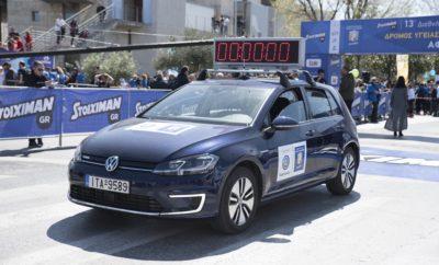 Η Kosmocar-Volkswagen στο 13ο Διεθνή Μαραθώνιο «Μέγας Αλέξανδρος» • Η Kosmocar-Volkswagen Επίσημος Χορηγός του 13ου Διεθνή Μαραθώνιου «Μέγας Αλέξανδρος» που διεξήχθη στη Θεσσαλονίκη, την Κυριακή 1 Απριλίου • Το ηλεκτρικό e-Golf χρησιμοποιήθηκε ως επίσημo όχημα χρονομέτρησης του αγώνα • Πολύ επιτυχημένη η παρουσία των αθλητών της Volkswagen Running Team, με δύο αθλητές και τρεις αθλήτριες να ανεβαίνουν στο βάθρο των νικητών H Kosmocar-Volkswagen ήταν Επίσημος Χορηγός του 13ου Διεθνή Μαραθώνιου «Μέγας Αλέξανδρος», που διεξήχθη με μεγάλη επιτυχία στη Θεσσαλονίκη, την Κυριακή 1 Απριλίου. Η Kosmocar υποστήριξε το σημαντικότερο εαρινό αθλητικό γεγονός της συμπρωτεύουσας διαθέτοντας στους διοργανωτές ένα στόλο από μοντέλα της Volkswagen. Σε ρόλο οχήματος χρονομέτρησης του αγώνα χρησιμοποιήθηκε ένα ηλεκτροκίνητο e-Golf σε μπλε χρώμα. Αθόρυβο και με μηδενικούς ρύπους, το e-Golf ήταν ο ιδανικός προπομπός του αγώνα. Ο διεθνής μαραθώνιος της Θεσσαλονίκης έχει εξελιχθεί σε θεσμό, με το 13ο αγώνα της σειράς να ξεπερνά όλους τους προηγούμενους σε οργανωτική αρτιότητα, αγωνιστικό ενδιαφέρον, αλλά και σε κέφι, χάρη στις εντυπωσιακές παράλληλες εκδηλώσεις που στήθηκα» στην καρδιά της πόλης. Το ρεκόρ συμμετοχών και το υψηλό αγωνιστικό επίπεδο των πρωταθλητών που έλαβαν μέρος, η επιπλέον λάμψη που έδωσαν πολλοί Έλληνες Ολυμπιονίκες σε συνδθασμό με τις πολύ καλές καιρικές συνθήκες, συνέτειναν σε μία πολύ επιτυχημένη εκδήλωση. Παράλληλα με το διεθνή μαραθώνιο οργανώθηκε και Δρόμος Υγείας & Δυναμικού Βαδίσματος 10.000 μέτρων καθώς και δρόμοι μικρότερων αποστάσεων, προσφέροντας κατ' αυτόν τον τρόπο τη δυνατότητα να συμμετάσχουν αθλητές κάθε ηλικίας και επιπέδου. Είναι χαρακτηριστικό ότι οι συνολικές συμμετοχές ξεπέρασαν τις 20.000, με τους δρομείς να προέρχονται από 63 χώρες από πέντε ηπείρους, με το νεαρότερο να είναι 9 ετών και το γηραιότερο 96! Η Kosmocar-Volkswagen, επιπλέον της χορηγίας, είχε ενεργή συμμετοχή στους αγώνες με τη δική της ομάδα δρομέων, την «Volkswagen Running Team», η 