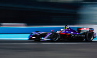 """Ο Βρετανός οδηγός της DS AUTOMOBILES κέρδισε στον εναρκτήριο αγώνα του Πρωταθλήματος της Formula E στην Ιταλική πρωτεύουσα. Η DS Virgin Racing βρίσκεται στη δεύτερη θέση της κατάταξης των οδηγών αλλά και των ομάδων. Η Αγωνιστική Ομάδα δέχτηκε την επίσκεψη και τις ευλογίες του Πάπα τις ημέρες πριν τον αγώνα. Η DS Automobiles κατέκτησε την 7η νίκη της στους 40 συνολικά αγώνες που έχουν πραγματοποιηθεί στο πλαίσιο της Formula E. H Δήμαρχος της Ρώμης, κα Virginia Raggi, απένειμε το τρόπαιο. Μια ιστορική νίκη σημείωσε ο Sam Bird με την Ομάδα της DS Virgin Racing, στον εναρκτήριο αγώνα της Formula E στη Ρώμη. Αποτέλεσε την 7η νίκη της Ομάδας μέχρι στιγμής, η οποία κατέκτησε τη δεύτερη θέση της βαθμολογίας, τόσο στην κατάταξη των οδηγών, όσο και σε αυτή των ομάδων - κατασκευαστών! Με τη νίκη αυτή, η DS Automobiles, αδιαμφισβήτητα εξαργυρώνει την τεχνογνωσία της στην ηλεκτροκίνηση και καινοτομεί με πρωτοποριακές τεχνολογίες και νέες σχεδιαστικές γραμμές, προσφέροντας κομψότητα και κορυφαία ποιότητα φινιρίσματος που ανταποκρίνεται στις υψηλότερες απαιτήσεις. Ο Βρετανός Sam Bird έχει συμμετάσχει και στους 40 αγώνες της Formula E που έχουν γίνει έως σήμερα, αντιστάθηκε στην πίεση του Lucas di Grassi ο οποίος φτάνοντας στους τελευταίους γύρους του αγώνα είχε πλησιάσει αρκετά. Ο Felix Rosenqvist που ξεκίνησε από την pole position ενώ είχε τον έλεγχο του αγώνα, εγκατέλειψε με πρόβλημα στην ανάρτηση του πίσω αριστερού τροχού του μονοθεσίου του και ο Sam Bird βρέθηκε στην πρώτη θέση την οποία διατήρησε μέχρι το τέλος του αγώνα. Με τη θέα ενός καταπληκτικού πλήθους 30.000 θεατών, ο Bird που ήταν ταχύτατος σε όλη τη διάρκεια του αγωνιστικού διημέρου, κατέκτησε τη νίκη. Από τα δοκιμαστικά φάνηκε πως ο Sam Bird είχε τις προϋποθέσεις για να πρωταγωνιστήσει, σε αμφότερες τις κατατακτήριες δοκιμές πραγματοποιώντας με σχετική άνεση το δεύτερο χρόνο - που του εξασφάλιζε και στους δύο αγώνες την εκκίνηση από την πρώτη σειρά. Συγκεκριμένα ο Sam Bird δήλωσε: """"Παρακολουθώντας το ρυθμό του Felix"""