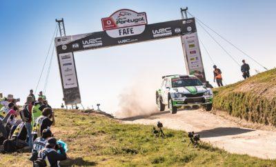 Τρίτη νίκη στη σειρά για SKODA Fabia R5 και Πόντους Τίντεμαντ • Για 5η φορά σε έξι αγώνες στο εφετινό Παγκόσμιο Πρωτάθλημα Ράλλυ, στη WRC 2, η SKODA Fabia R5 στην πρώτη θέση, αυτή τη φορά στην Πορτογαλία • Οι πρωταθλητές του 2015 και του 2017 Σουηδοί Πόντους Τίντεμαντ / Γιόνας Άντερσσον πέτυχαν στο ράλλυ Πορτογαλίας την 3η σερί νίκη τους για εφέτος • Μετά τους πρώτους έξι αγώνες της χρονιάς, δύο οδηγοί της SKODA Motorsport προηγούνται στο πρωτάθλημα οδηγών της WRC 2 Στο ψηλότερο σκαλί του βάθρου στην WRC 2, για ακόμα μία φορά η SKODA Fabia R5. Αυτή τη φορά στο Ράλλυ Πορτογαλίας, με τους πρωταθλητές για το 2017, Σουηδούς Πόντους Τίντεμαντ / Γιόνας Άντερσσον (Pontus Tidemand / Jonas Andersson) να πετυχαίνουν την 3η τους νίκη στην εφετινή σαιζόν. Ταυτόχρονα αύξησαν τη διαφορά τους από τους δεύτερους της κατάταξης που δεν είναι άλλοι από τους συναθλητές τους στη SKODA Motorsport Γιαν Κοπέτσκυ / Πάβελ Ντρέσλερ (Jan Kopecký / Pavel Dresler), οι οποίοι δεν συμμετείχαν στην Πορτογαλία, λόγω υποχρεώσεων στο εθνικό τους πρωτάθλημα. Το Ράλι Πορτογαλίας πάντως δεν είχε ξεκινήσει ιδανικά για τους Τίντεμαντ / Άντερσσον, καθώς την Παρασκευή αντιμετώπισαν δύο σκασμένα λάστιχα. Το Σάββατο ξεκίνησαν την αντεπίθεσή τους ανεβαίνοντας από την 5η θέση στην κορυφή της κατάταξης της WRC 2, όπου και παρέμειναν μέχρι το τερματισμό την Κυριακή, έπειτα από 50 χιλιόμετρα γρήγορων ειδικών. Εξαιρετική απόδοση στον παρθενικό τους αγώνα στην Πορτογαλία είχε και το νεαρό πλήρωμα των Φινλανδών Γιούσο Νόρντγκρεν / Τάπιο Σουόμινεν (Juuso Nordgren/Tapio Suominen), στο τιμόνι της δεύτερης Fabia R5 της SKODA Motorsport. Ο νικητής του Πρωταθλήματος Ράλλυ Φινλανδίας στην κατηγορία των Juniors το 2015, σημείωσε γρήγορους χρόνους σε πολλές ειδικές τερματίζοντας τελικά στην 6η θέση της κατάταξης της WRC 2. Μετά τη λήξη του αγώνα, ο επικεφαλής της SKODA Motorsport Μίχαλ Χραμπάνεκ (Michal Hrabánek) δήλωσε: «Είμαι χαρούμενος που μέχρι στιγμής έχουμε κερδίσει τους 5 από τους 6 αγώνες του Πρωταθλήματος Ράλλυ 2018 σ