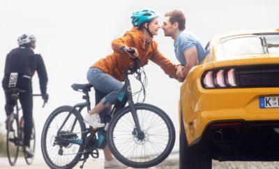 • Η καμπάνια 'Share The Road' προάγει την αρμονική συνύπαρξη οδηγών και δικυκλιστών στους συνωστισμένους δρόμους, με στόχο την αλλαγή συμπεριφοράς ώστε οι πόλεις να γίνουν ασφαλέστερες, να μειωθεί η ατμοσφαιρική ρύπανση και να περιοριστεί η κυκλοφοριακή συμφόρηση • Νέα εμπειρία εικονικής πραγματικότητας 'WheelSwap' καλλιεργεί την αμοιβαία κατανόηση και αποθαρρύνει τον ανταγωνισμό • Σύμφωνα με έρευνα η συνειδητοποίηση και η κατανόηση είναι ζωτικής σημασίας για την αλλαγή νοοτροπίας. Μέσα σε δύο εβδομάδες, το 60% των συμμετεχόντων, οδηγών και δικυκλιστών άλλαξαν τις συνήθειές τους στο δρόμο • Η Ford λανσάρει τεχνολογία που μπορεί να ανιχνεύει ποδηλάτες στην πορεία του οχήματος και να φρενάρει αυτόματα εάν επίκειται σύγκρουση Όλο και περισσότεροι άνθρωποι χρησιμοποιούν ποδήλατο στις καθημερινές μετακινήσεις τους, και τα απρόοπτα συμβάντα μεταξύ οδηγών και δικυκλιστών αποτελούν συνηθισμένο θέαμα στις Ευρωπαϊκές πόλεις. Και ενώ οι υπάρχουσες υποδομές στους δρόμους δεν καταφέρνουν να επισημάνουν επαρκώς την χρήση των λωρίδων κυκλοφορίας ανά είδος οχήματος, η Ford λανσάρει μία νέα καμπάνια που αποσκοπεί στη βελτίωση της ασφάλειας και στη μείωση της ατμοσφαιρικής ρύπανσης και της συμφόρησης. Το 'Share The Road' προάγει την αρμονική συνύπαρξη μεταξύ των χρηστών των δρόμων και υπογραμμίζει την θέση της εταιρίας ότι η χρήση ποδηλάτου με ασφάλεια, κυρίως σε σύντομες διαδρομές, είναι προς όφελος όλων. Για το σκοπό αυτό, η Ford δημιούργησε μία επαναστατική εμπειρία εικονικής πραγματικότητας. Με το 'WheelSwap', οδηγοί και ποδηλάτες να διαπιστώνουν πως η εγωιστική οδήγηση μπορεί να είναι τουλάχιστον τρομακτική – και πιθανόν μοιραία – για τους υπόλοιπους χρήστες των δρόμων. Πρώτες έρευνες δείχνουν ότι μετά από αυτή την εμπειρία, σχεδόν όλοι οι συμμετέχοντες δήλωσαν ότι θα αλλάξουν τη συμπεριφορά τους στο δρόμο. «Έχοντας πλούσια εμπειρία από ταξίδια σε δύο και τέσσερις τροχούς, γνωρίζω από πρώτο χέρι πολλές από τις απογοητεύσεις – και τους κινδύνους – που αντιμετωπίζουν στους δρόμους