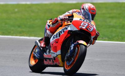 """O Marquez παίρνει μία κρίσιμη νίκη στη Jerez H εντυπωσιακή εμφάνιση του Marc Marquez στο σιρκουί Angel Nieto της Jerez στην Ισπανία χάρισε στον ίδιο και στην ομάδα της Repsol Honda τη δεύτερη συνεχόμενη νίκη και την πρώτη θέση στην κατάταξη στο Πρωτάθλημα Οδηγών και Κατασκευαστών. Ήταν η 63η νίκη στην καριέρα του Marc και η 37η στην κατηγορία MotoGP – όσες ακριβώς είχε πετύχει και ο Mike Hailwood στη μεγάλη κατηγορία - αλλά και μία μεγάλη επιτυχία σε μία πίστα που πάντα το δυσκόλευε, κάτι που είναι ενδεικτικό της εξαιρετικής αίσθησης που έχει φέτος ο αναβάτης πάνω στην RC213V. Από την άλλη, ένα αγωνιστικό ατύχημα στη στροφή έξι στον 18ο γύρο στέρησε από τον Dani Pedrosa τη δυνατότητα να ανέβει στο βάθρο. Στο ίδιο ατύχημα ενεπλάκησαν και οι Jorge Lorenzo και Andrea Dovizioso. Ο Dani γλύτωσε χωρίς σημαντικούς τραυματισμούς από πτώση με highsiding, αλλά υπέφερε από πόνους στο δεξιό γοφό, γι' αυτό και θα περιμένει πριν αποφασίσει αν θα συμμετάσχει στη μονοήμερη δοκιμή της Repsol Honda Team στην πίστα πάντα της Jerez. Ο 5ος γύρος του Παγκοσμίου Πρωταθλήματος MotoGP θα πραγματοποιηθεί στην πίστα του Le Mans στη Γαλλία στις 20 Μαΐου 2018. 1ος Marc Marquez «Αυτή η νίκη μπροστά σε ένα πραγματικά απίστευτο κοινό είναι μεγάλη υπόθεση! Είμαι πολύ χαρούμενος με το αποτέλεσμα, το οποίο έχει ιδιαίτερη σημασία σ' αυτήν την πίστα, όπου ήταν ανέκαθεν δύσκολο για μένα να νικήσω. Με αυτό το δεδομένο ήμουν σίγουρος πριν από την εκκίνηση ότι θα μπορούσα να παλέψω για τη νίκη σήμερα. Το κλειδί ήταν η επιλογή του πίσω ελαστικού. Κάναμε τη συγκεκριμένη επιλογή του μεσαίου ελαστικού μετά το πρωινό warm-up και ήταν η σωστή κίνηση. Στη συνέχεια είχα τη δυνατότητα να περάσω μπροστά την κατάλληλη στιγμή και να πιέσω όταν είχα την ευκαιρία. Μία κρίσιμη στιγμή ήταν όταν πάτησα σε κάποια χώματα στην πίστα. Όταν αντιλήφθηκα ότι η άσφαλτος ήταν καλυμμένη με χώμα ήταν ήδη αργά. Έκλεισα το γκάζι αλλά είχα ένα τεράστιο γλίστρημα! Ας πούμε ότι ήταν θέαμα «αλά Marquez""""! Είμαι χαρούμενος για την πρώτη μου """