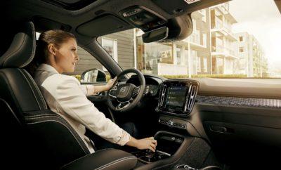 "Συνεργασία Volvo – Google για την επόμενη γενιά συστημάτων Infotainment H Volvo Cars ανακοινώνει τη συνεργασία με την Google, για να ενσωματώσει τις εφαρμογές Google Αssistant, Google Play Store, Google Maps και άλλες υπηρεσίες της Google στο σύστημα πληροφόρησης και ψυχαγωγίας Sensus επόμενης γενιάς, που θα βασίζεται στο λειτουργικό Android της Google. Η επικείμενη συνεργασία της Volvo Cars με την Google θα ενισχύσει περαιτέρω τον τρόπο με τον οποίο ο οδηγός και οι επιβάτες ενός Volvo επικοινωνούν και αλληλεπιδρούν με το αυτοκίνητό τους. Εφαρμογές και υπηρεσίες που αναπτύσσονται από την Google και τη Volvo Cars θα ενσωματώνονται στο αυτοκίνητο, ενώ χιλιάδες επιπλέον εφαρμογές θα είναι διαθέσιμες μέσω του Google Play Store, το οποίο βελτιστοποιείται και προσαρμόζεται στα συστήματα πληροφόρησης και ψυχαγωγίας αυτοκινήτου που βασίζονται στο Android. Καθώς η επόμενη γενιά του Sensus θα τρέχει σε Android, νέες εφαρμογές και ενημερώσεις λογισμικού θα είναι διαθέσιμες σε πραγματικό χρόνο και θα μπορούν να εγκατασταθούν αυτόματα. Αυτό θα επιτρέψει στα μελλοντικά αυτοκίνητα της Volvo να προσαρμόζονται ακριβώς στις ανάγκες του πελάτη, προσφέροντας στους οδηγούς πληροφορίες και υπηρεσίες πρόβλεψης που ενημερώνονται συνεχώς. ""Η εγκατάσταση των υπηρεσιών της Google στα αυτοκίνητα Volvo θα επιταχύνει την καινοτομία στο πεδίο της συνδεσιμότητας και θα ενισχύσει την από μέρους μας ανάπτυξη εφαρμογών και υπηρεσιών διασύνδεσης"", δήλωσε ο Χένρικ Γκριν (Henrik Green), Ανώτερος Αντιπρόεδρος Έρευνας και Εξέλιξης της Volvo Cars. ""Σύντομα, οι οδηγοί ενός Volvo θα έχουν απευθείας πρόσβαση σε χιλιάδες in-car εφαρμογές που θα κάνουν την καθημερινότητά τους πιο εύκολη και την εμπειρία διασύνδεσης πιο απολαυστική"". Το Google Assistant περιλαμβάνει ένα κεντρικό φωνητικό interface για το αυτοκίνητο, που επιτρέπει στους οδηγούς να ελέγξουν λειτουργίες όπως ο κλιματισμός και να χρησιμοποιήσουν εφαρμογές για να ακούσουν μουσική και να στείλουν μηνύματα. Η δυνατότητα αυτή συνεισφέρει στο να παραμένε"