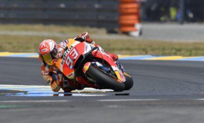 Ακόμη ένα εκπληκτικό Σαββατοκύριακο για το Marc Marquez στο Le Mans, όπου ο Ισπανός πέτυχε την τρίτη συνεχόμενη νίκη του και την 38η στην κατηγορία MotoGP, ισοφαρίζοντας τον αριθμό νικών του Casey Stoner, για να επεκτείνει την κυριαρχία του στο Παγκόσμιο Πρωτάθλημα με διαφορά πλέον 36 βαθμών από το δεύτερο Maverick Viñales. Ο Marc ήταν ο μόνος αναβάτης που χρησιμοποίησε σκληρό πίσω ελαστικό και διαχειρίστηκε στην εντέλεια έναν αγώνα που ανέκαθεν τον δυσκόλευε, σε όλες του τις φάσεις. Διατήρησε την ψυχραιμία του στους πρώτους γύρους όταν τα ελαστικά του δεν ήταν ακόμη σε σωστή θερμοκρασία, πέρασε μπροστά μετά τις πτώσεις των άλλων διεκδικητών του τίτλου, του Andrea Dovizioso και του Johann Zarco, και στη συνέχεια έχτισε μία διαφορά ασφαλείας μπροστά, την οποία διατήρησε μέχρι την καρό σημαία. Ο Dani Pedrosa έκανε επίσης ένα δυνατό αγώνα, ανεβαίνοντας από την τέταρτη σειρά της εκκίνησης στην 5η θέση, διατηρώντας έναν καλό ρυθμό σε όλη τη διάρκεια. Marc Marquez «Είμαι ιδιαίτερα χαρούμενος με αυτή τη νίκη στο Le Mans, καθώς πρόκειται για μία από τις πιο δύσκολες πίστες για εμάς! Σήμερα ήμουν ο μόνος που χρησιμοποίησε σκληρό πίσω ελαστικό και αυτό διαφοροποίησε κάπως τη στρατηγική του αγώνα, καθώς ήξερα ότι θα χρειαζόμουν χρόνο για να το φέρω στη σωστή θερμοκρασία. Όμως κατά τη διάρκεια του warm-up, είχα την ευκαιρία να επαληθεύσω ότι από τη στιγμή που το ελαστικό ήταν έτοιμο, είχε και πολύ σταθερή απόδοση και κατάφερα να κρατήσω καλό ρυθμό. Για να είμαι ειλικρινής, τα πράγματα ήταν κάπως δύσκολα στο ξεκίνημα του αγώνα: ο Zarco με ακούμπησε στη δεύτερη στροφή και άνοιξα κάπως τη γραμμή μου, στη συνέχεια ο Iannone έπεσε και σχεδόν με χτύπησε, με αποτέλεσμα να χάσω και άλλες θέσεις. Αποφάσισα τότε να ηρεμήσω λίγο. Όταν είδα ότι ο Dovi και ο Johann ήταν εκτός, η προσέγγισή μου στον αγώνα άλλαξε κάπως. Σε κάποιο σημείο είχα μία δύσκολη στιγμή στην τρίτη στροφή, όπου είχα πέσει στις Ελεύθερες Δοκιμές 3, οπότε ήμουν ιδιαίτερα προσεκτικός σ' εκείνο το σημείο και αυτό με βοήθησε