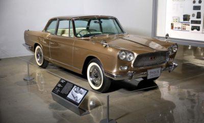 """H Nissan στην έκθεση Ιαπωνικών ιστορικών αυτοκινήτων, στο Μουσείο Αυτοκινήτου του Petersen. Η Nissan ανακοίνωσε την υποστήριξη δύο νέων εκθέσεων στο Μουσείο Αυτοκινήτου του Petersen στο Los Angeles, για τους φίλους των ιστορικών αυτοκινήτων στις ΗΠΑ. Το πρώτο μέρος της έκθεσης με τίτλο """"Οι ρίζες του Monozukuri: το δημιουργικό πνεύμα στην Ιαπωνική αυτοκινητοβιομηχανία"""", φωτίζει βασικά στοιχεία της φιλοσοφίας του Ιαπωνικού σχεδιασμού στα χρόνια που προηγήθηκαν της κυριαρχίας του στην αγορά, τη δεκαετία του 1970. Το δεύτερο μέρος με τίτλο """"Τελειοποιώντας το μίγμα Ιαπωνικής και Αμερικανικής κουλτούρας"""", εξετάζει την άνοδο της προσαρμογής των ιαπωνικών αυτοκινήτων, τόσο στην Ιαπωνία όσο και στις Ηνωμένες Πολιτείες, όπως και τον τρόπο με τον οποίο κάθε αγορά επηρέασε την αυτοκινητοβιομηχανία. Κάθε αυτοκίνητο / έκθεμα αποτελεί παράδειγμα αυτού του θέματος επισημαίνοντας τη δημιουργικότητα, την καινοτομία, τη χειροτεχνία και τη συνεργασία, σε κάθε Ιαπωνική κατασκευή. Ιστορικά οχήματα σημαντικής αξίας από το Μουσείο Lane Motor στο Nashville, όπως επίσης και από άλλες ιδιωτικές συλλογές θα βρίσκονται εκεί. Χαρακτηριστικά εκθέματα αποτελούν το Datsun Model 16 Coupe του 1937 και το Nissan Silvia του 1996, δύο εξαιρετικά οχήματα, που σπάνια βλέπει κανείς σήμερα εκτός Ιαπωνίας. Ακόμη, ένα sedan Datsun 1000 επιστρέφει στο Los Angeles, εκεί όπου πρωταγωνίστησε πριν από 60 χρόνια, στο Σαλόνι Αυτοκινήτου της περιοχής. Κατά τη διάρκεια του πρώτου μήνα των δύο εκθέσεων, η Nissan θα παρουσιάσει και το ολοκαίνουργιο Nissan LEAF, στην Γκαλερί Εναλλακτικής Ενέργειας του Μουσείου Petersen."""