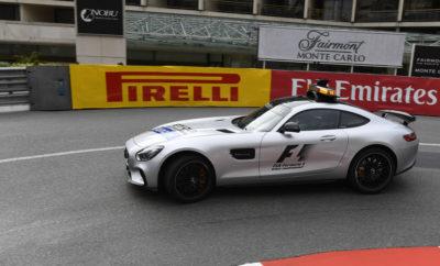 Η ολοκαίνουργια P Zero ροζ εξαιρετικά μαλακή γόμα (hypersoft), η οποία στις δοκιμές ήταν περίπου 1 δευτερόλεπτο ταχύτερη από την πάρα πολύ μαλακή γόμα (ultrasoft) θα κάνει το αγωνιστικό της ντεμπούτο, στο Μονακό. Μαζί της θα είναι διαθέσιμες οι άλλες δυο πιο μαλακές γόμες στην γκάμα της Pirelli Formula 1: Η πάρα πολύ μαλακή (ultrasoft) και η πολύ μαλακή (supersoft). Η διαδρομή στο Μονακό απαιτεί υψηλό επίπεδο μηχανικής πρόσφυσης αλλά καταπονεί λιγότερο απ' όλες τις άλλες πίστες, τα ελαστικά. Η φημισμένη διαδρομή είναι ιδανικό πεδίο για τα πιο μαλακά, γρήγορα ελαστικά Formula 1, που υπάρχουν. Η ΠΙΣΤΑ ΥΠΟ ΤΟ ΠΡΙΣΜΑ ΤΩΝ ΕΛΑΣΤΙΚΩΝ (*) Πρόσφυση ασφάλτου, κάθετη δύναμη, τραχύτητα ασφάλτου, καταπόνηση ελαστικών, πλευρικές δυνάμεις. • Στο Μονακό προσπαθείς μέσω ρυθμίσεων να αποκομίσεις, όσο το δυνατόν περισσότερο πρόσφυση, από τα ελαστικά και την αεροδυναμικά παραγόμενη κάθετη δύναμη. Πρόκειται για την πιο μικρή σε απόσταση και αργή σε ρυθμό, διαδρομή της χρονιάς (το πέταλο είναι η πιο αργή στροφή του πρωταθλήματος). • Η επιφάνεια της διαδρομής είναι ακάθαρτη και γλιστερή καθώς πρόκειται για δημόσιους δρόμους που ανοίγουν στην κυκλοφορία, κάποιες ώρες (την Παρασκευή δεν υπάρχει δράση, είναι συνέχεια ανοικτοί). Ο ρυθμός βελτίωσης του κρατήματος στην αγωνιστική γραμμή ποικίλει. • Παραδοσιακά κυριαρχεί στο Μονακό, η στρατηγική μιας αλλαγής ελαστικών υπό φυσιολογικές συνθήκες. Μένει να δούμε αν η χρήση της εξαιρετικά μαλακής γόμας θα αλλάξει αυτή την τάση, με κάποιο τρόπο. • Η φθορά και η πτώση στην απόδοση λόγω θερμικής καταπόνησης είναι στα χαμηλότερα επίπεδα της σεζόν: Είναι μια εύκολη, για τα ελαστικά, διαδρομή. • Στο Μονακό τα προσπεράσματα είναι πάρα πολύ δύσκολα, οπότε οι κατατακτήριες δοκιμές έχουν καθοριστική σημασία. Υπάρχει λογικά μεγάλη πιθανότητα εμφάνισης του αυτοκινήτου ασφαλείας, κάτι που προφανώς θα επηρεάσει τη στρατηγική αγώνα, για τις ομάδες. • Ο καιρός είναι ευμετάβλητος αυτή την εποχή. Ο αγώνας σε βρεγμένο οδόστρωμα στο Μονακό, είναι μια από τις μεγαλύτερε