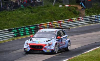 Το Hyundai i30 N TCR στην πρώτη του εμφάνιση στο βάθρο του αγώνα 24ωρών στο Νürburgring • Τα δύο i30 N TCR της Hyundai Motorsport N επέβαλαν το ρυθμό τους καθ 'όλη τη διάρκεια του Σαββατοκύριακου στον αγώνα 24ωρών που πραγματοποιήθηκε στο Nürburgring • Τα αυτοκίνητα της Hyundai Motorsport ολοκλήρωσαν τον αγώνα κατακτώντας τη δεύτερη και τέταρτη θέση στην κατηγορία σε έναν αγώνα που τελείωσε σε εξαιρετικά δύσκολες καιρικές συνθήκες • Οι εξαιρετικές επιδόσεις ανέδειξαν τόσο τις επιδόσεις και την αξιοπιστία του i30 N TCR σε αγώνες αντοχής Τα δύο i30 N TCR της Hyundai Motorsport N στο ντεμπούτο τους αποδείχθηκε ότι είναι τα αστέρια του τμήματος TCR στο ADAC Zurich 24h Race, που πραγματοποιήθηκε το προηγούμενο Σαββατοκύριακο στο Nürburgring Nordschleife. Το καλύτερο από τα δύο αυτοκίνητα ολοκλήρωσε τους 35 συνολικά γύρους - παίρνοντας τη δεύτερη θέση στην κατηγορία - αναδεικνύοντας τις επιδόσεις και την αξιοπιστία τόσο του αυτοκινήτου όσο και του πακέτου επιλογών που σχεδιάστηκε ειδικά για αγώνες αντοχής. Από την αρχή του Σαββατοκύριακου τα δύο πληρώματα της Hyundai αποδείχτηκαν τα πιο γρήγορα από τους αγωνιζόμενους με προδιαγραφές TCR. Με αυτόν τον τρόπο επανέλαβαν το κατόρθωμά τους από τον προκριματικό αγώνα του περασμένου μήνα, με τον Peter Terting να βελτιώνει τον προηγούμενο χρόνο του σημειώνοντας ρεκόρ στην κατηγορία αγωνιστικής αντοχής με 8: 58.463 και παίρνοντας την pole position με τον αριθμό # 831, που ολοκληρώθηκε από τους Andreas Gülden, Nicola Larini και Manuel Lauck. Ο Moritz Oestreich στο μεταξύ κατάφερε τον καλύτερο χρόνο διανύοντας την πίστα των 25km με το άλλο i30 Ν TCR με τον αριθμό # 830 εκκινώντας πρώτος με το αυτοκίνητο, το οποίο μοιράστηκε οδηγικά με τους Κορεάτες Jae Kyun Kim και Byung Hui Kang, καθώς και τον Guido Naumann. Ο κ. Thomas Schemera, Executive Vice President and Head of High Performance Vehicle & Motorsport Division, δήλωσε: «Με το σύνθημα «αισθανθείτε την αίσθηση», η Hyundai αναπτύσσει οχήματα υψηλών επιδόσεων, που οι πελάτες μπορούν 