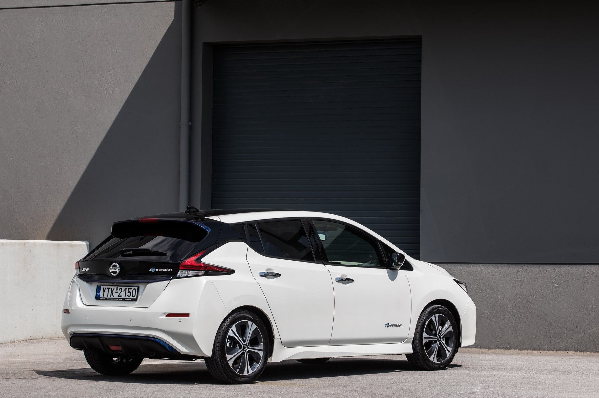"Nέο Nissan LEAF: το πρώτο σε πωλήσεις στον κόσμο, κορυφαίας τεχνολογίας, αμιγώς ηλεκτροκίνητο μηδενικών εκπομπών ρύπων αυτοκίνητο, έφτασε στην Ελλάδα! Το νέο Nissan LEAF, ένα πρωτοποριακό αυτοκίνητο που έχει ήδη ξεκινήσει μια δυναμική εμπορική πορεία στην Ευρώπη, τώρα διατίθεται και στην Ελλάδα από τη Nissan Νικ. Ι. Θεοχαράκης Α.Ε. Το νέο Nissan LEAF είναι η επόμενη γενιά του αμιγώς ηλεκτροκίνητου αυτοκινήτου μηδενικών εκπομπών ρύπων, με τις καλύτερες πωλήσεις στον κόσμο. Περισσότεροι από 300.000 πελάτες έχουν επιλέξει το πρώτης γενιάς LEAF, από το 2010 όπου και κυκλοφόρησε. Τώρα το ολοκαίνουργιο μοντέλο προσφέρει ακόμη μεγαλύτερη εμβέλεια, βελτιωμένο δυναμικό σχεδιασμό, κορυφαίες τεχνολογίες υποστήριξης του οδηγού και βελτιωμένη συνδεσιμότητα. Αφού ψηφίστηκε ως ""Πράσινο"" Αυτοκίνητο της Χρονιάς και έλαβε την υψηλότερη δυνατή βαθμολογία με πέντε αστέρια στην ασφάλεια, από το Πρόγραμμα Αξιολόγησης Νέων Αυτοκινήτων στην Ιαπωνία, τώρα έρχεται να προστεθεί στο ""χαρτοφυλάκιο"" του νέου Nissan LEAF και η κορυφαία βαθμολογία των 5 αστέρων στις πλέον αυστηρές δοκιμές ασφάλειας του ανεξάρτητου ευρωπαϊκού οργανισμού ασφάλειας, Euro NCAP. Ένας νέος τρόπος σκέψης Το Nissan LEAF είναι η ενσάρκωση του Nissan Intelligent Mobility. Είναι μια εντελώς νέα εμπειρία οδήγησης, σχεδιασμένη να μετακινεί τους ανθρώπους με μεγαλύτερη ευχαρίστηση, εμπιστοσύνη και σύνδεση με τον κόσμο γύρω τους. Αυτή η νέα πρόταση αγοράς, περιλαμβάνει τρεις κύριους πυλώνες : α) το Intelligent Power, που συγκροτείται από το νέο, προηγμένο e-powertrain 40kW του LEAF, με βελτιωμένη ενεργειακή απόδοση, αυξημένη ροπή αλλά και ισχύ εξόδου για πιο συναρπαστική οδήγηση, β) το Intelligent Driving, μια τεχνολογία που έχει σχεδιαστεί για να βελτιώνει την αυτοπεποίθηση του οδηγού, ενισχύοντας την ασφάλεια και μειώνοντας το στρες και γ) το Nissan Intelligent Integration , τη σύνδεση του αυτοκινήτου με την ευρύτερη κοινωνία και τα ενεργειακά δίκτυα, μέσω της μοναδικής τεχνολογίας αμφίδρομης χρέωσης. Πολύ περισσότερο από ένα "
