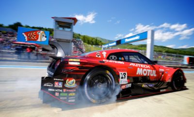 """Η Nissan πήρε τη νίκη στο Super GT, στην πίστα του Fuji Speedway """"Χρυσή"""" νίκη για τη Nissan κατά τη διάρκεια της """"Χρυσής Εβδομάδας"""" στην Ιαπωνία, στον τελευταίο γύρο του πρωταθλήματος Super GT με τους Ronnie Quintarelli και Tsugio Matsuda να κατακτούν την πρώτη τους νίκη για το τρέχον έτος. Το πλήρωμα ξεκίνησε τρίτο, με τον Quintarelli να κατέχει το προβάδισμα του αγώνα, πριν από το τέλος του πρώτου γύρου, την περασμένη Παρασκευή. Παρά το γεγονός ότι έχασε το προβάδισμα προς το τέλος της πρώτης στάσης του αγώνα, εντούτοις το Ιταλο-Ιαπωνικό δίδυμο έδωσε σκληρή μάχη. Ο γρήγορος γύρος του Matsuda πριν από τη δεύτερη στάση, σε συνδυασμό με έναν εκπληκτικό γύρο από το Quintarelli, έθεσε τα θεμέλια για την νίκη του Νο 23 GT-R. Από εκεί και πέρα, ήταν μόνο θέμα διατήρησης των ελαστικών, μέχρι την καρό σημαία του τερματισμού. Στιγμιότυπα από την συναρπαστική εκκίνηση του GT R GT500 στο Fuji Speedway, μπορείτε να δείτε στο https://youtu.be/n7s6MfEb3iU"""