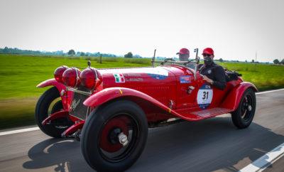 Αγαπητοί Συνεργάτες, H Alfa Romeo άλλη μια χρονιά πρωταγωνιστεί στο Mille Miglia! Στη χθεσινή διαδρομή, η πομπή ταξίδεψε από τη Brescia στο Milano Marittima, συνοδευόμενη από ένα ενθουσιώδες πλήθος γοητευμένων θεατών! 440 πληρώματα, 900 άνθρωποι, 36 χώρες από κάθε ήπειρο, 450 αυτοκίνητα από 72 μάρκες! Ανάμεσά τους, η Alfa Romeo κυριαρχεί με ένα μοναδικό στόλο 47 αυτοκινήτων!
