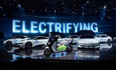 Μετά τα καλύτερα αποτελέσματα πωλήσεων πρώτου τριμήνου στην ιστορία του, το BMW Group συνεχίζει την επιτυχημένη πορεία του σε όλο τον κόσμο. Συνολικά 194.889 οχήματα BMW, MINI και Rolls-Royce παραδόθηκαν σε πελάτες τον Απρίλιο, ελαφρά αύξηση (+1,2%) σε σχέση με πέρσι. Η εταιρία πούλησε συνολικά 799.520 οχήματα σε όλο τον κόσμο το πρώτο τετράμηνο της χρονιάς, αύξηση 2,5% συγκριτικά με το αντίστοιχο περσινό διάστημα. Τα πολύ δημοφιλή ηλεκτρικά και plug-in υβριδικά οχήματα της εταιρίας συμβάλλουν θεαματικά στη συνεχιζόμενη επιτυχία πωλήσεων, ενώ τον Απρίλιο σημειώθηκε ένα σημαντικό ορόσημο. «Έχουμε τη χαρά να ανακοινώσουμε ότι αυτή τη στιγμή κυκλοφορούν στους δρόμους σε όλο τον κόσμο πάνω από 250.000 ηλεκτρικά και plug-in υβριδικά οχήματα του BMW Group», δήλωσε ο Pieter Nota, Μέλος Δ. Σ. της BMW AG, υπεύθυνος Πωλήσεων και Μάρκας BMW. «Οι συνδυασμένες πωλήσεις οχημάτων BMW i, BMW iPerformance και MINI Electric αυξήθηκαν κατά 52% τον Απρίλιο (9.831), ανεβάζοντας το συνολικό αριθμό των ηλεκτρικών και plug-in υβριδικών αυτοκινήτων του BMW Group σε πάνω από 250.000», συνέχισε ο Nota. Κατέληξε δηλώνοντας: «Όλα δείχνουν ότι βρισκόμαστε στο σωστό δρόμο για να πετύχουμε το φετινό στόχο πωλήσεων των 140.000 και πλέον ηλεκτρικών και plug-in υβριδικών οχημάτων». Τους πρώτους τέσσερις μήνες της χρονιάς, οι πωλήσεις του BMW Group Electrified (ηλεκτρικών και plug-in υβριδικών αυτοκινήτων) ανήλθαν στις 36.692 μονάδες, άνοδος 41,7% συγκριτικά με το ίδιο διάστημα πέρσι. Αυτή η αξιοσημείωτη άνοδος στις πωλήσεις ηλεκτρικών και plug-in υβριδικών οχημάτων εξαπλώθηκε σε πολλές αγορές, όπως ΗΠΑ (7.716 / +73,3%), Ηνωμένο Βασίλειο (5.059 / +25,6%) και Ηπειρωτική Κίνα (3.181 / +646,7%). Το αποτέλεσμα στην Κίνα οφείλεται στην επιτυχία της πρόσφατα λανσαρισμένης BMW Σειράς 5 plug-in hybrid που παράγεται τοπικά. Τον Απρίλιο, τα ηλεκτρικά και plug-in υβριδικά οχήματα συγκέντρωσαν το 5% των συνολικών πωλήσεων του BMW Group, αν και σε ορισμένες αγορές, αυτό το ποσοστό είναι πολύ υψηλότερο. Για παράδει